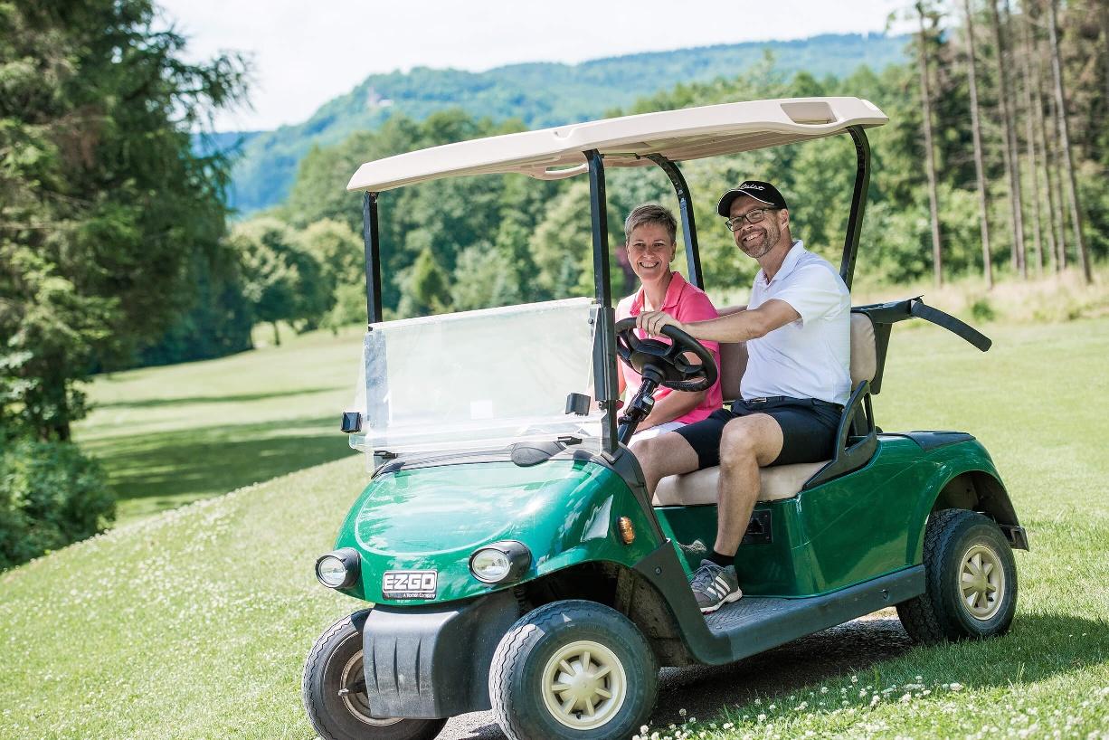 Bad Driburger Golfplatz - Golfer im Caddy