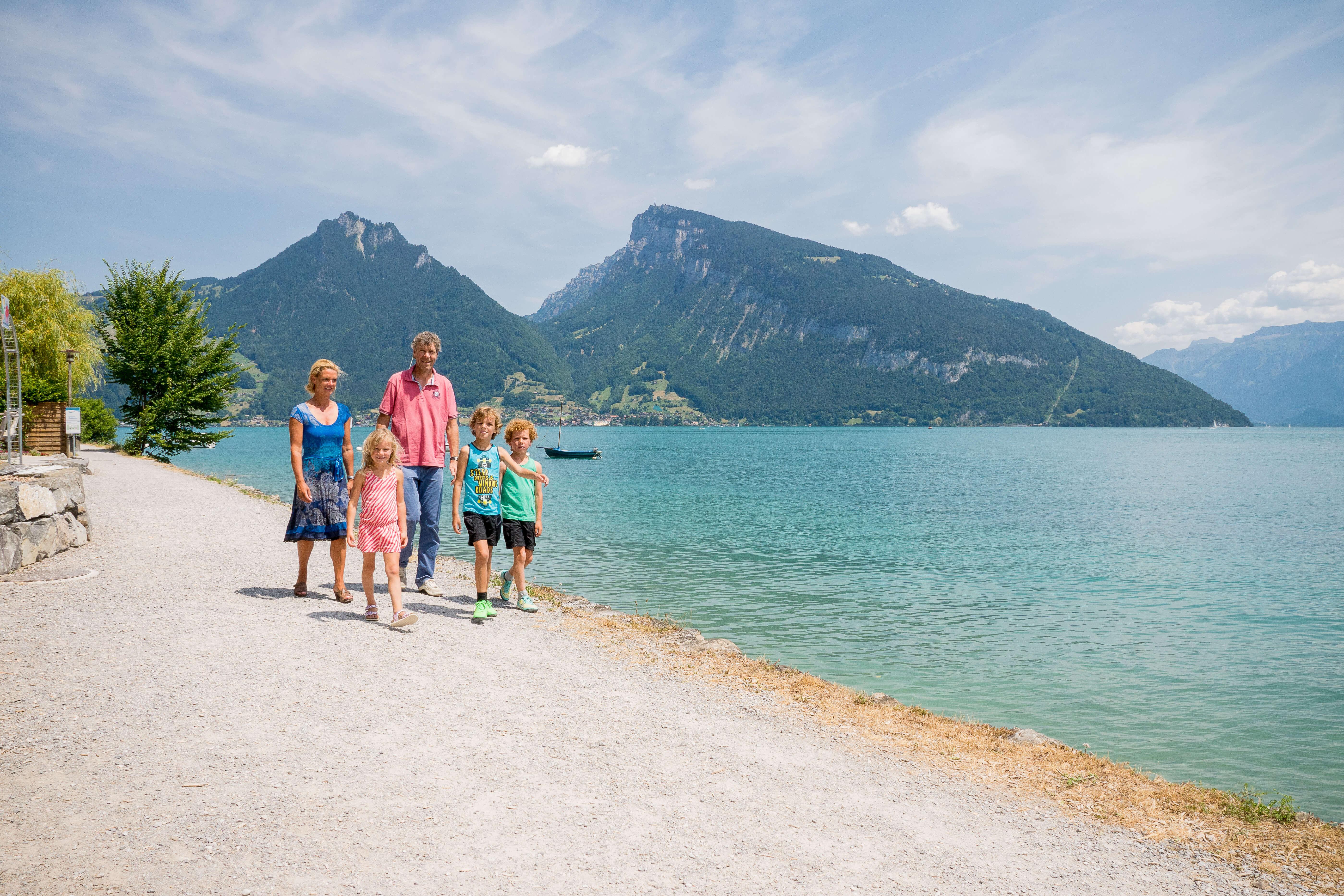 spielplatz-schiff-ahoi-strandweg-spiez-faulensee-familie-am-strandweg-sommer.jpg