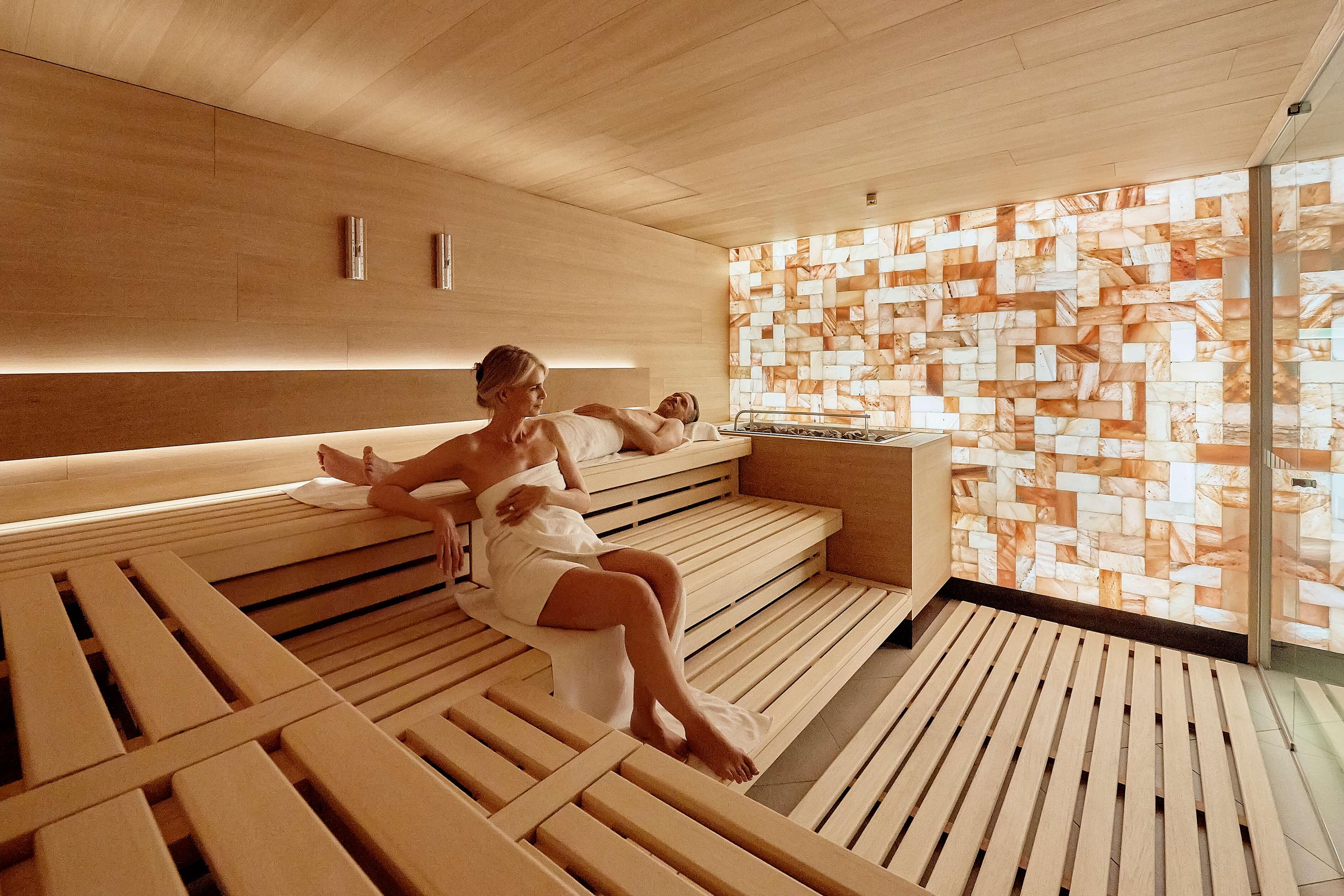 hotel-eden-wellness-finnische-sauna-mit-himalaya-salzstein-wand-spiez.jpg