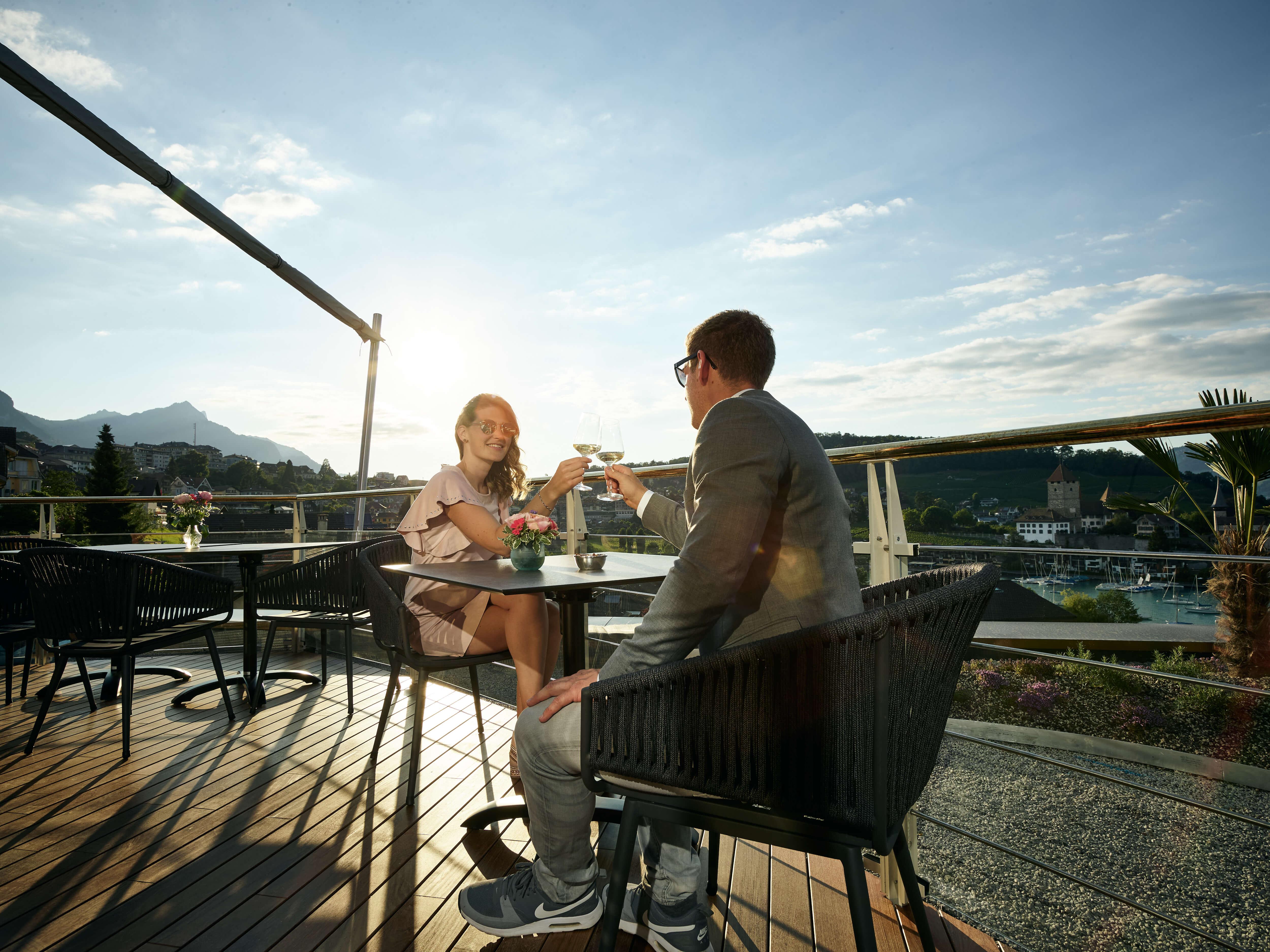 belvedere-captains-bar-terrasse-spiez-sommer.jpg