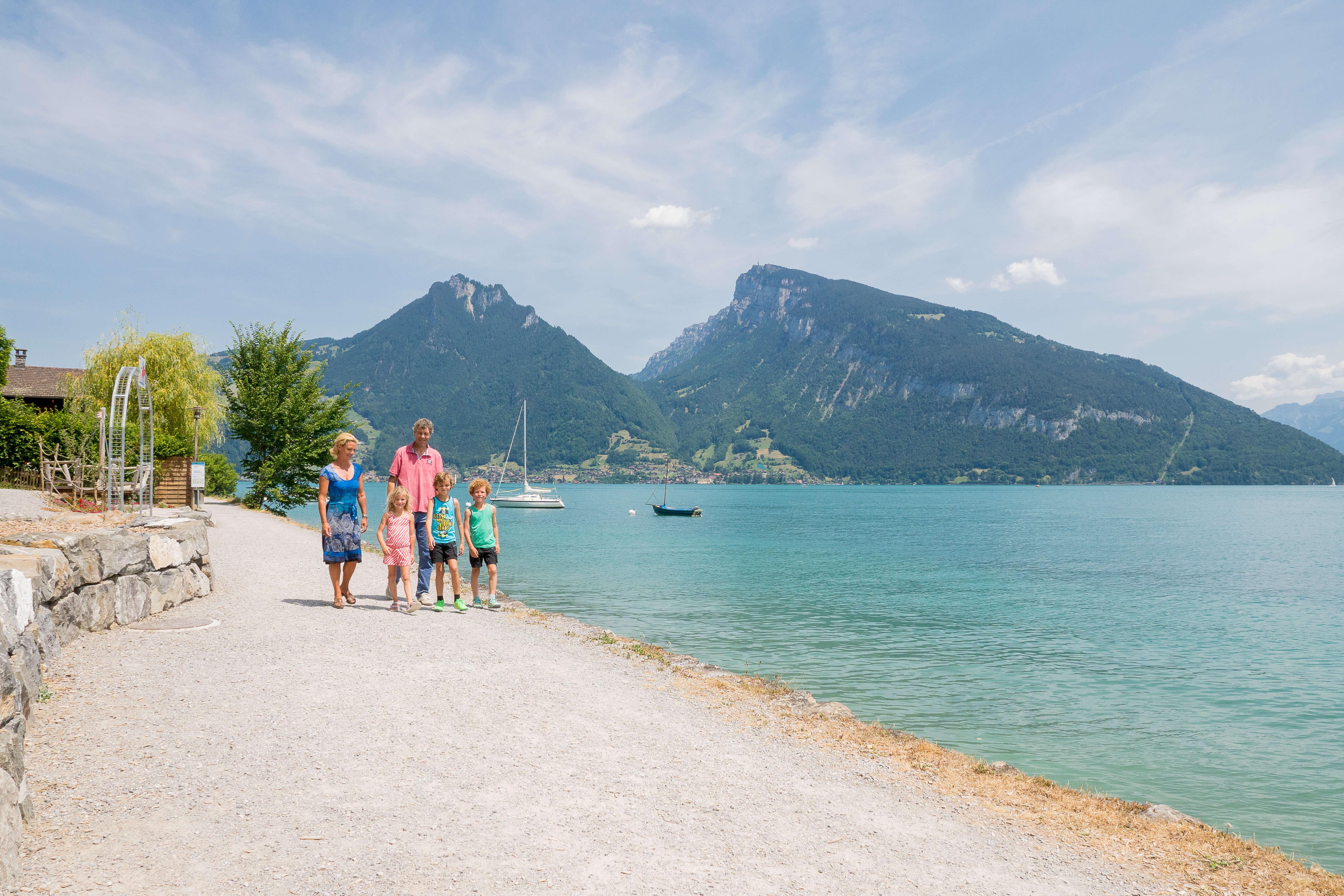 wandern-strandweg-familie-spiez-faulensee-sommer.jpg