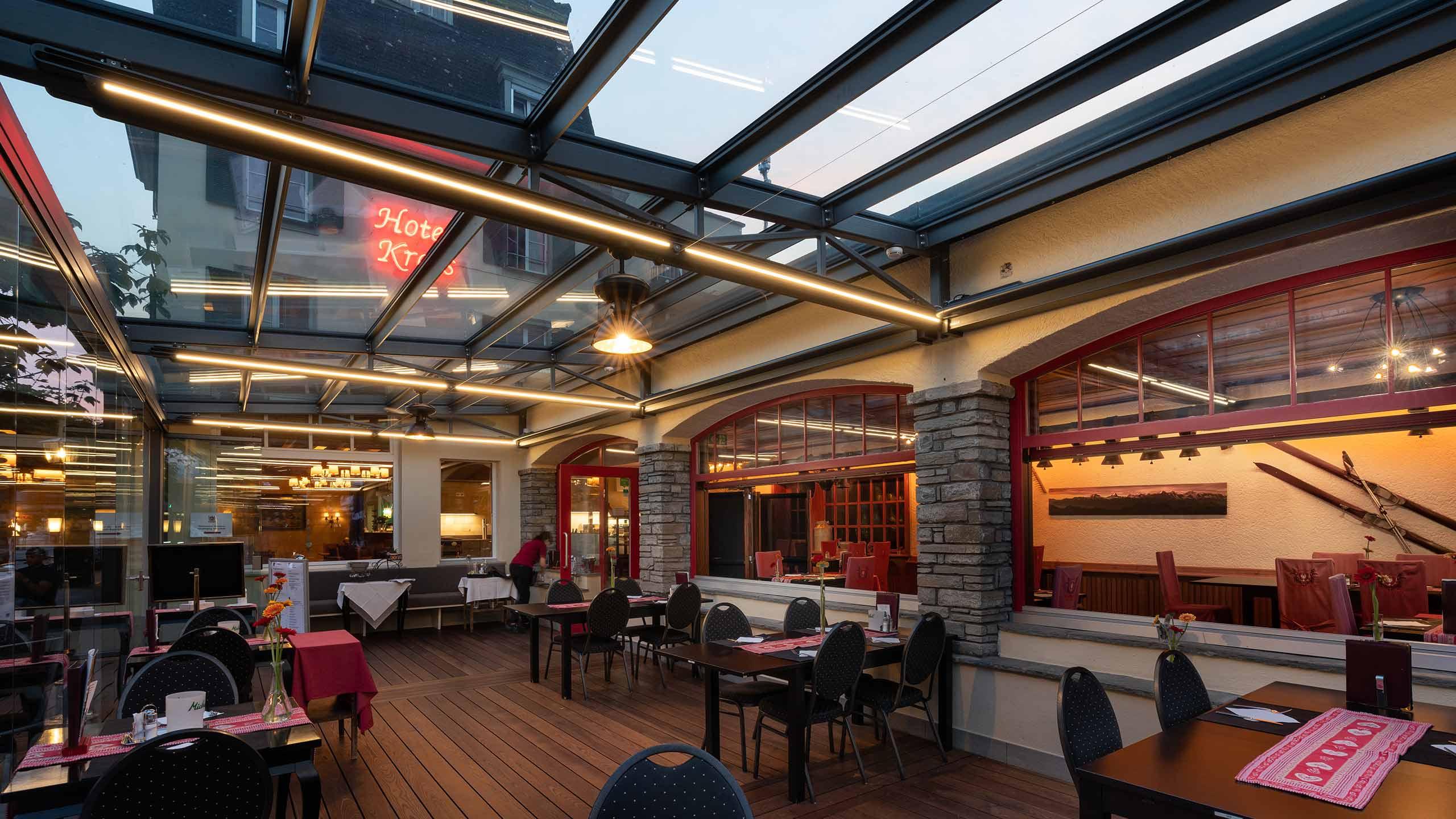 hotel-krebs-gedeckte-terrasse-tische.jpg