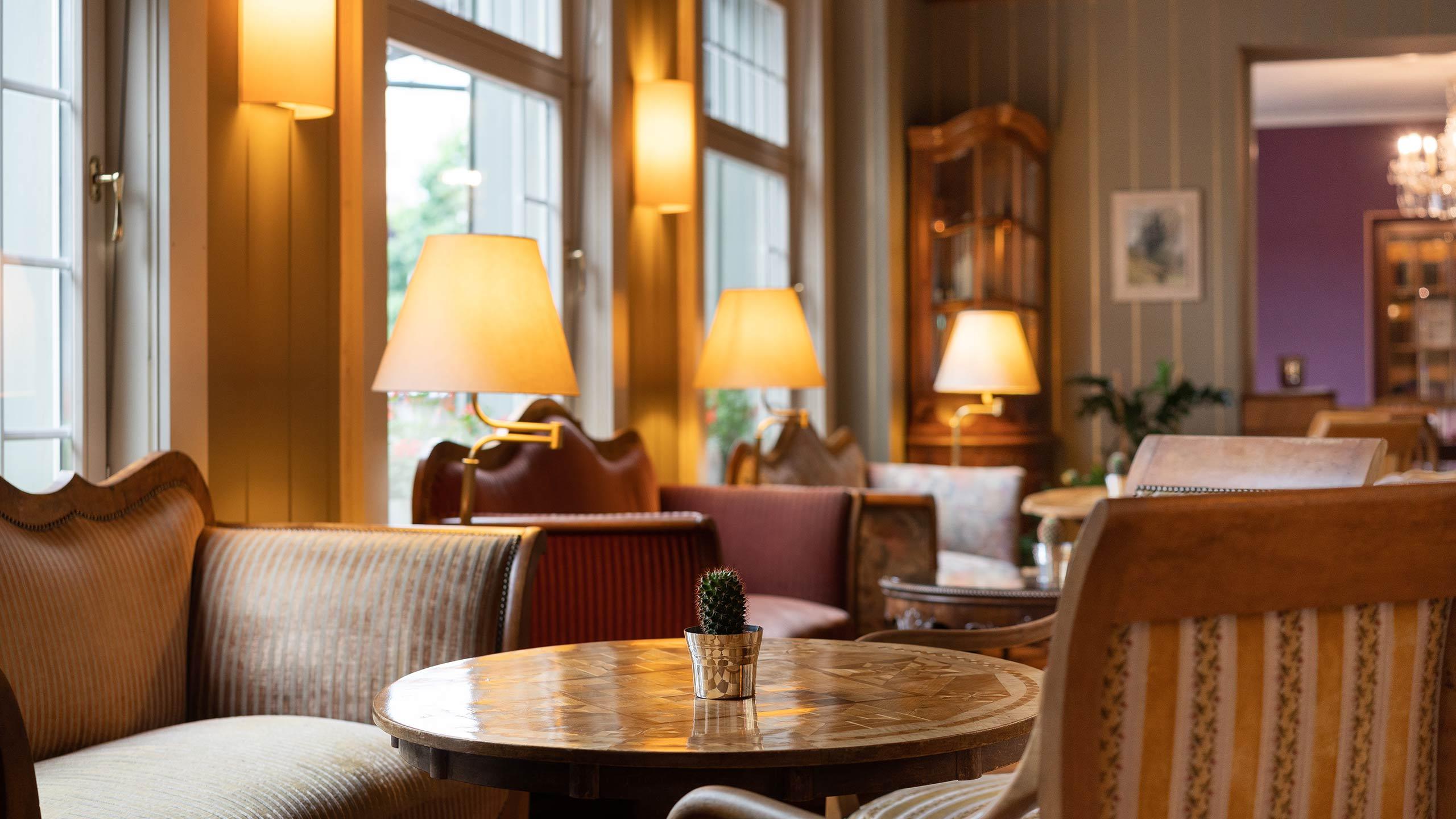 hotel-krebs-salon-tisch-sofa-ambiente.jpg