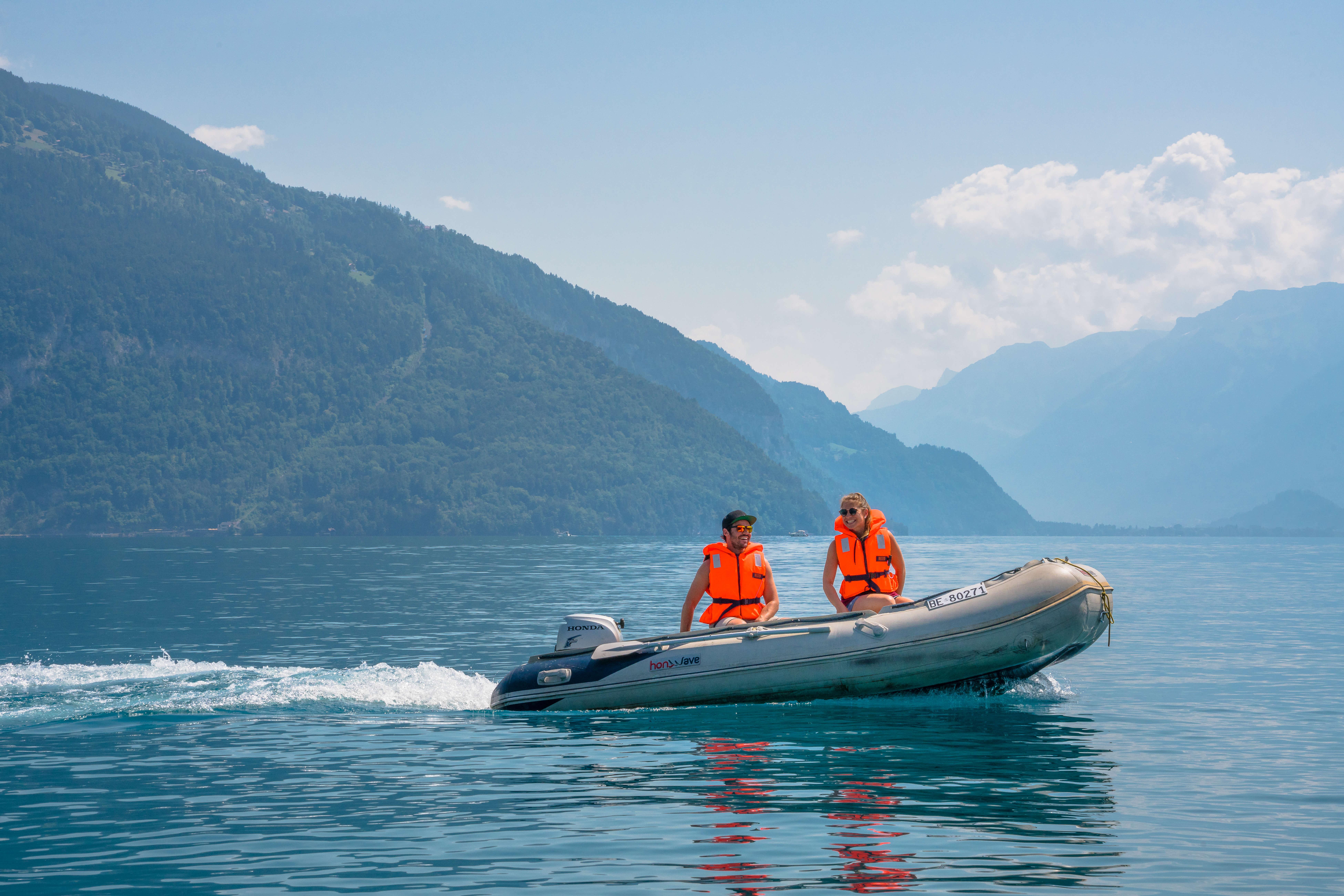 motorboot_schlauchboot vor niederhorn_faulensee_sommer.jpg