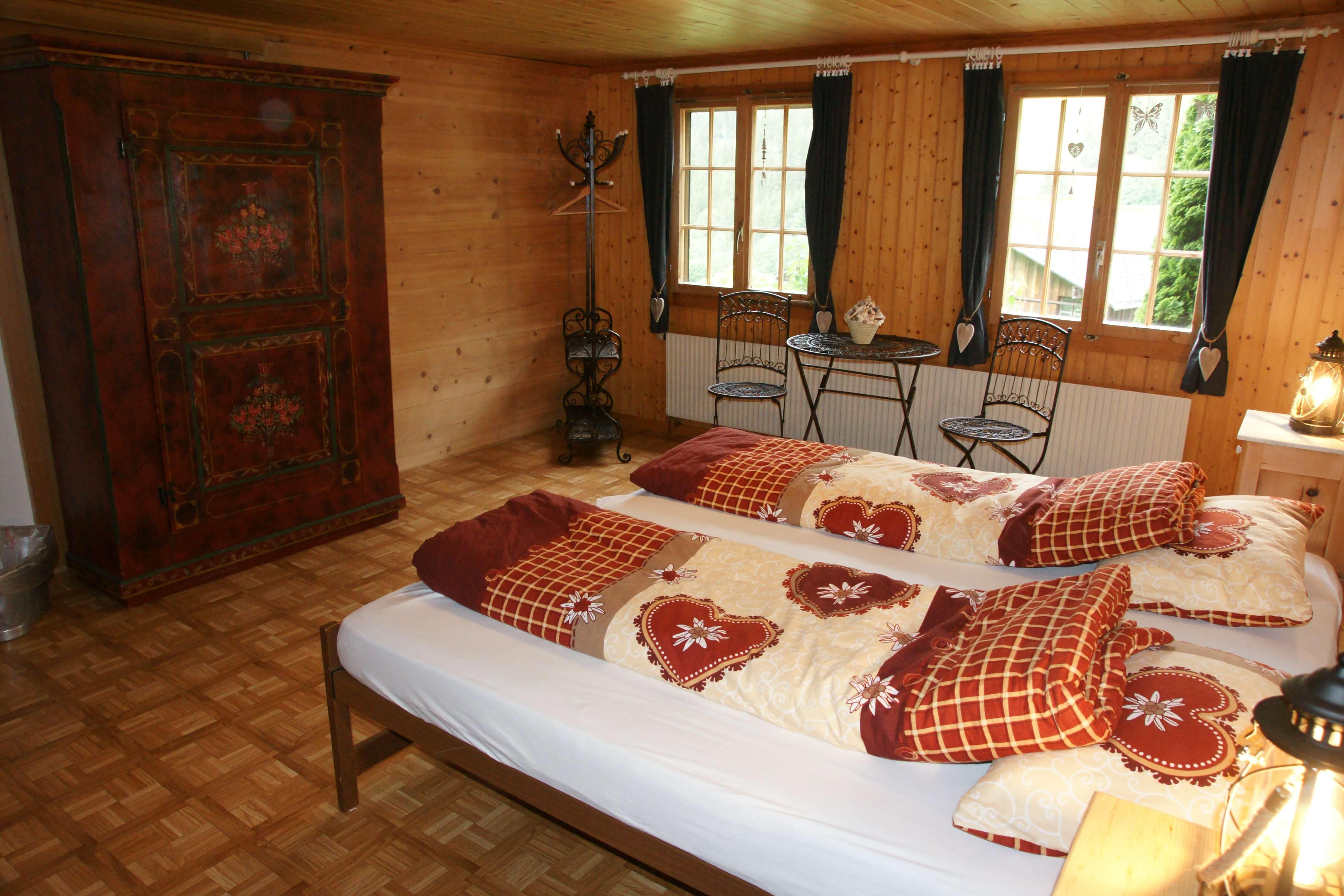 Schlafzimmer mit Arvenmöbel