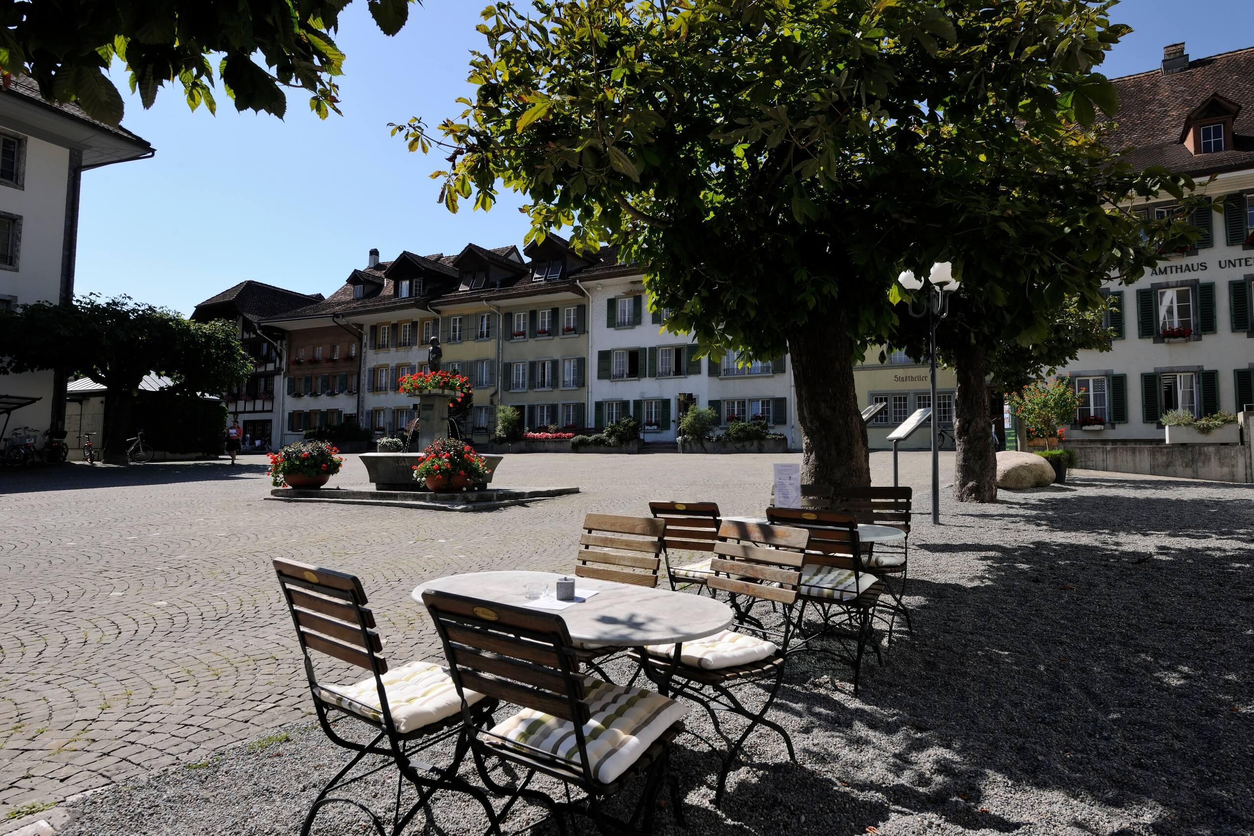 unterseen-altstadt-restaurant-sommer-stadthausplatz