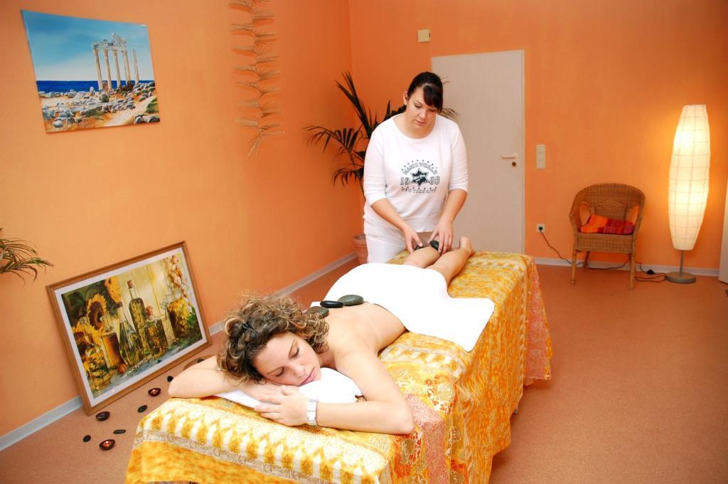 Wohlfühlhotel DER JÄGERHOF Willebadessen - Hot Stone im Wellnessbereich