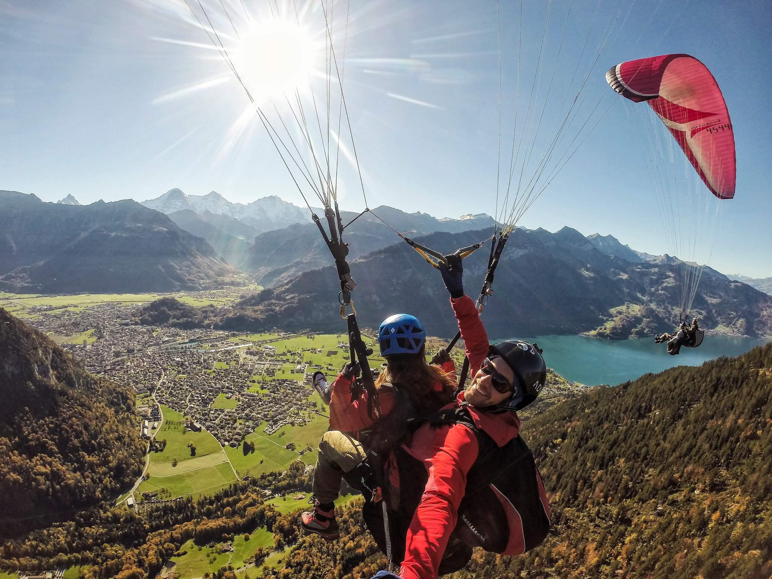 skywings-paragliding-interlaken-herbst-thunersee-sonne