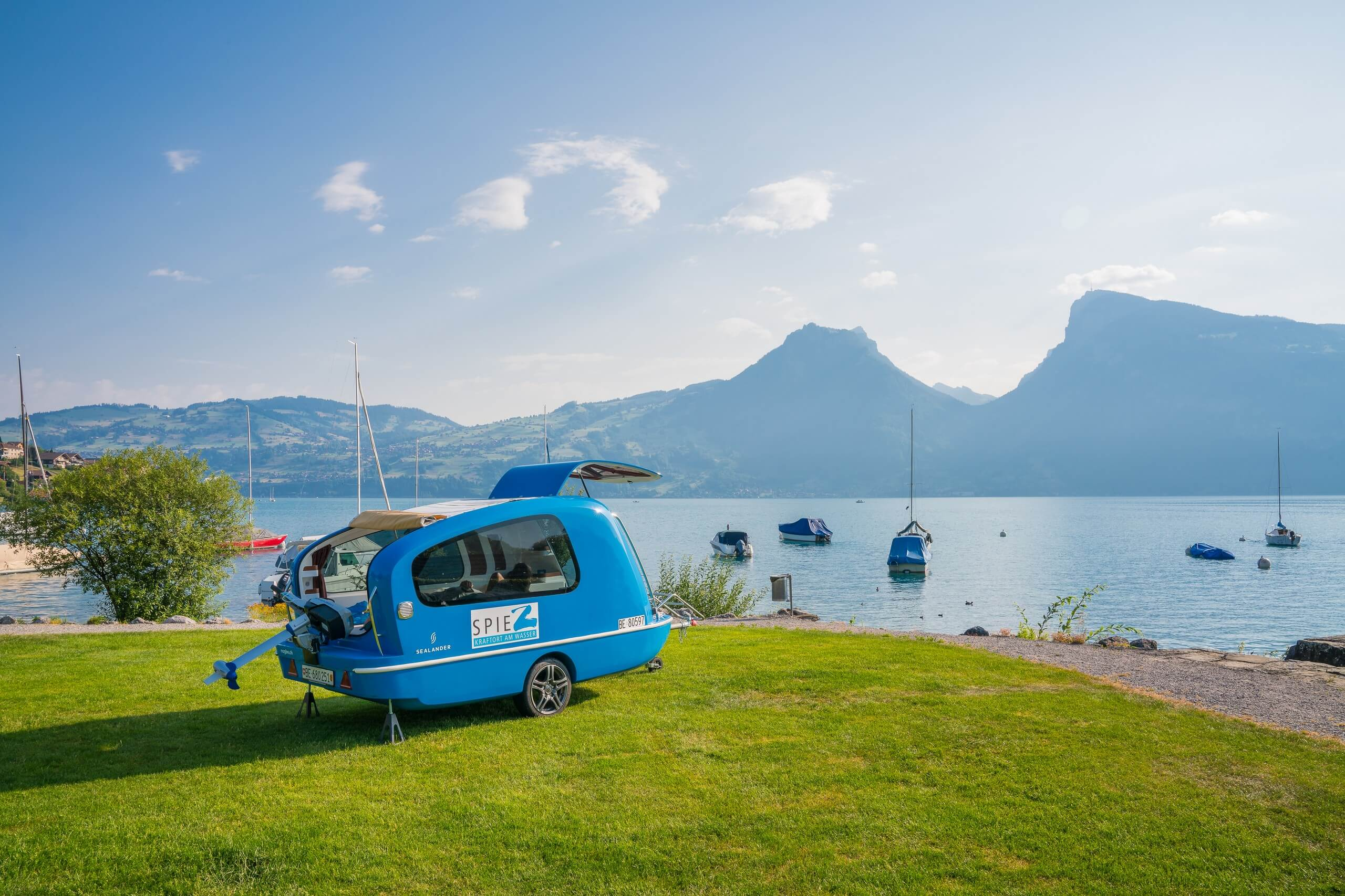 spiez-sealander-sommer-thunersee-landansicht-ausflug-bergpanorama-boot-pedalo