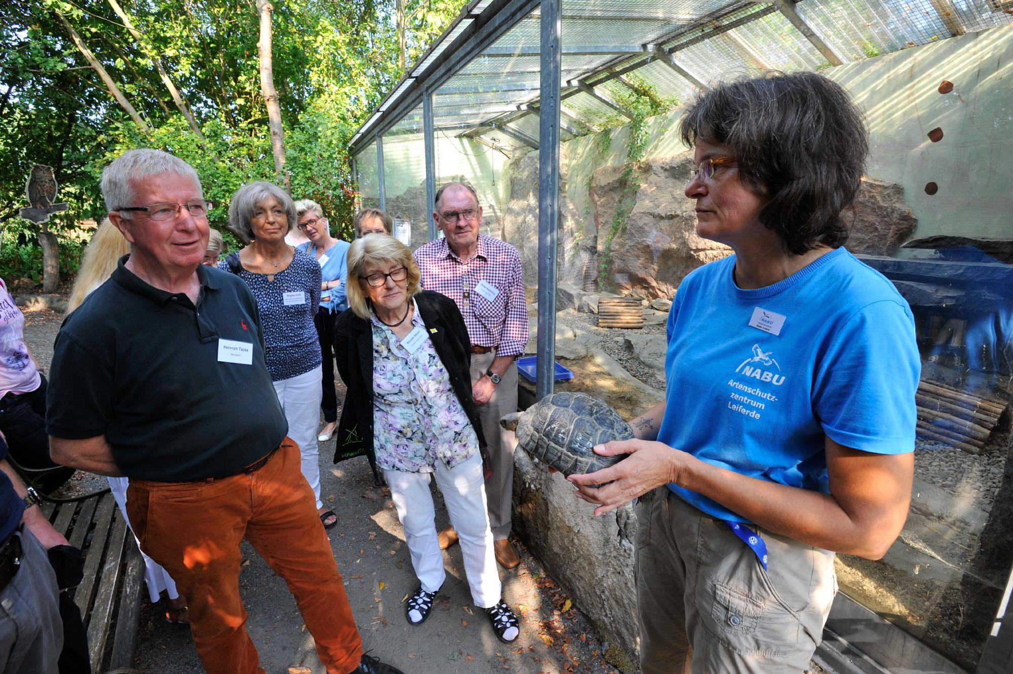 Besuchergruppe am Gehege der Schildkröte im NABU-Artenschutzzentrum in Leiferde