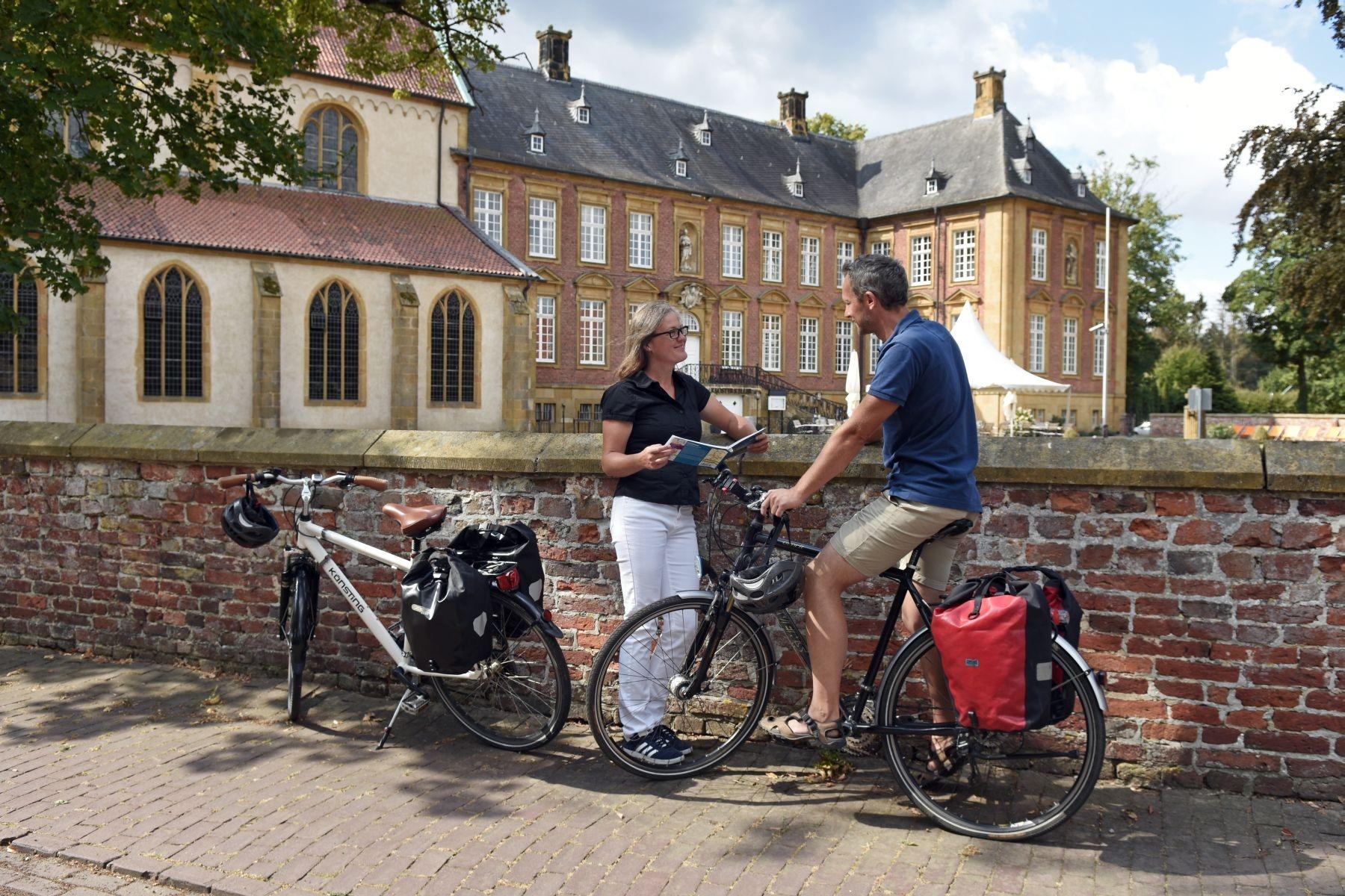 Radfahrer am Klosterensemble Marienfeld