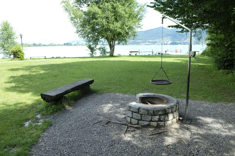 badeplatz-deltapark-gwatt-feuerstelle.JPG