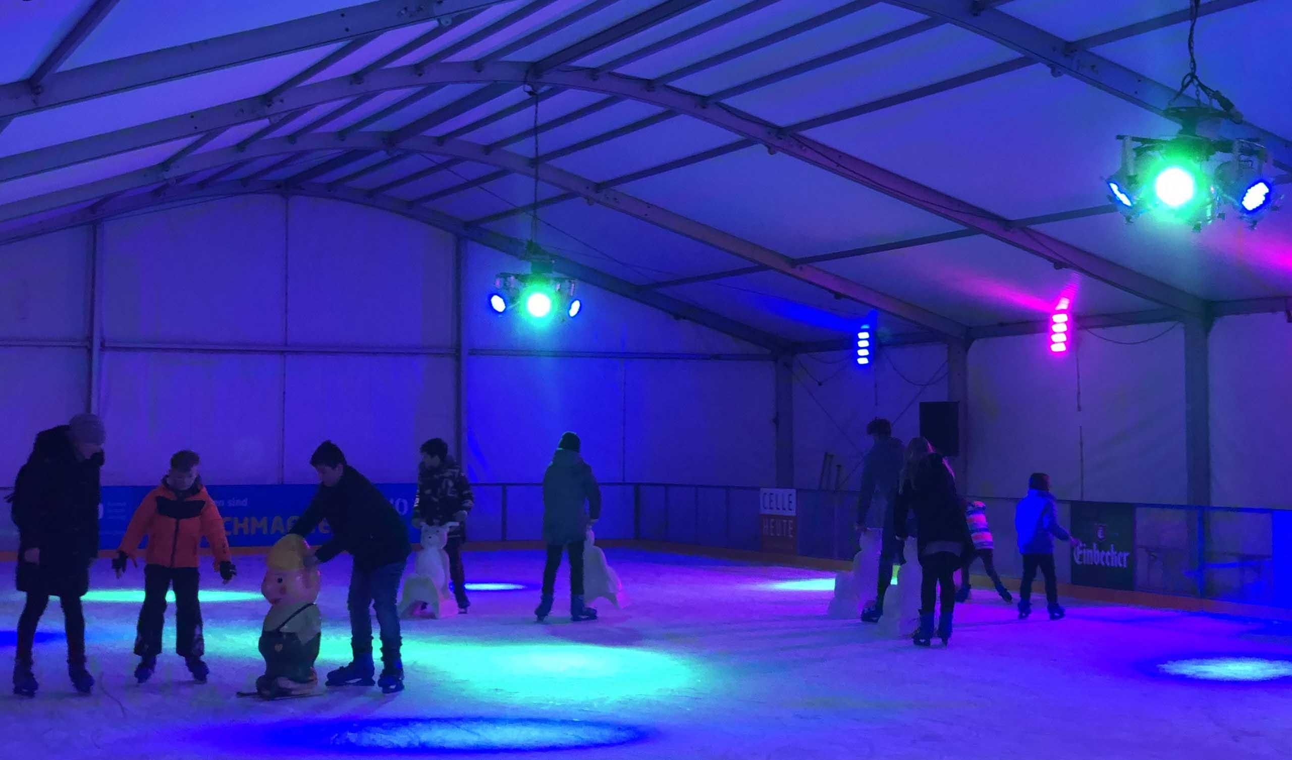 Die Eisbahn auf dem Celler Winterzauber am Schloss