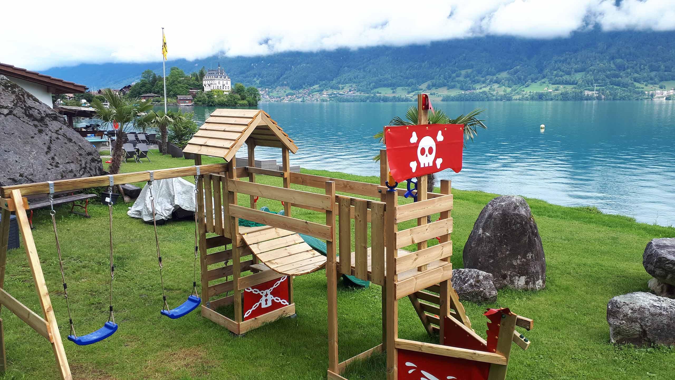 iseltwald-strandbad-schaukeln-kinderspielplatz.jpg