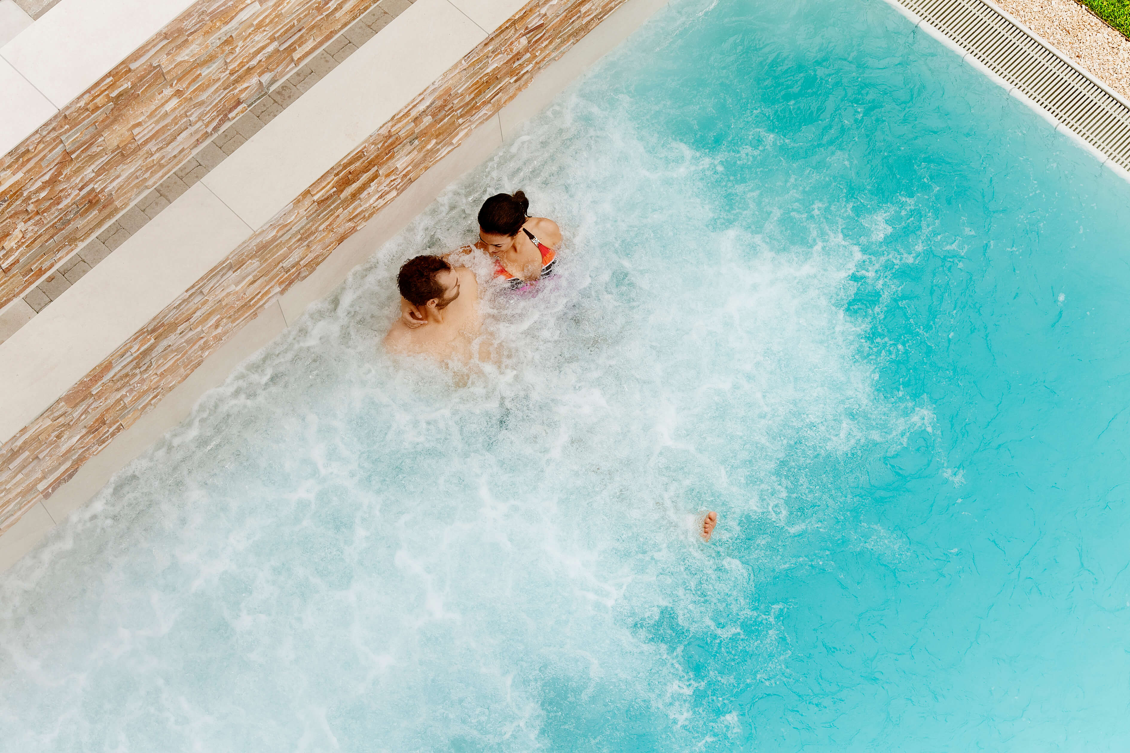 hotel-eden-wellness-soleaussenbad-mit-jungbrunnenwasser-sitzend-spiez.jpg