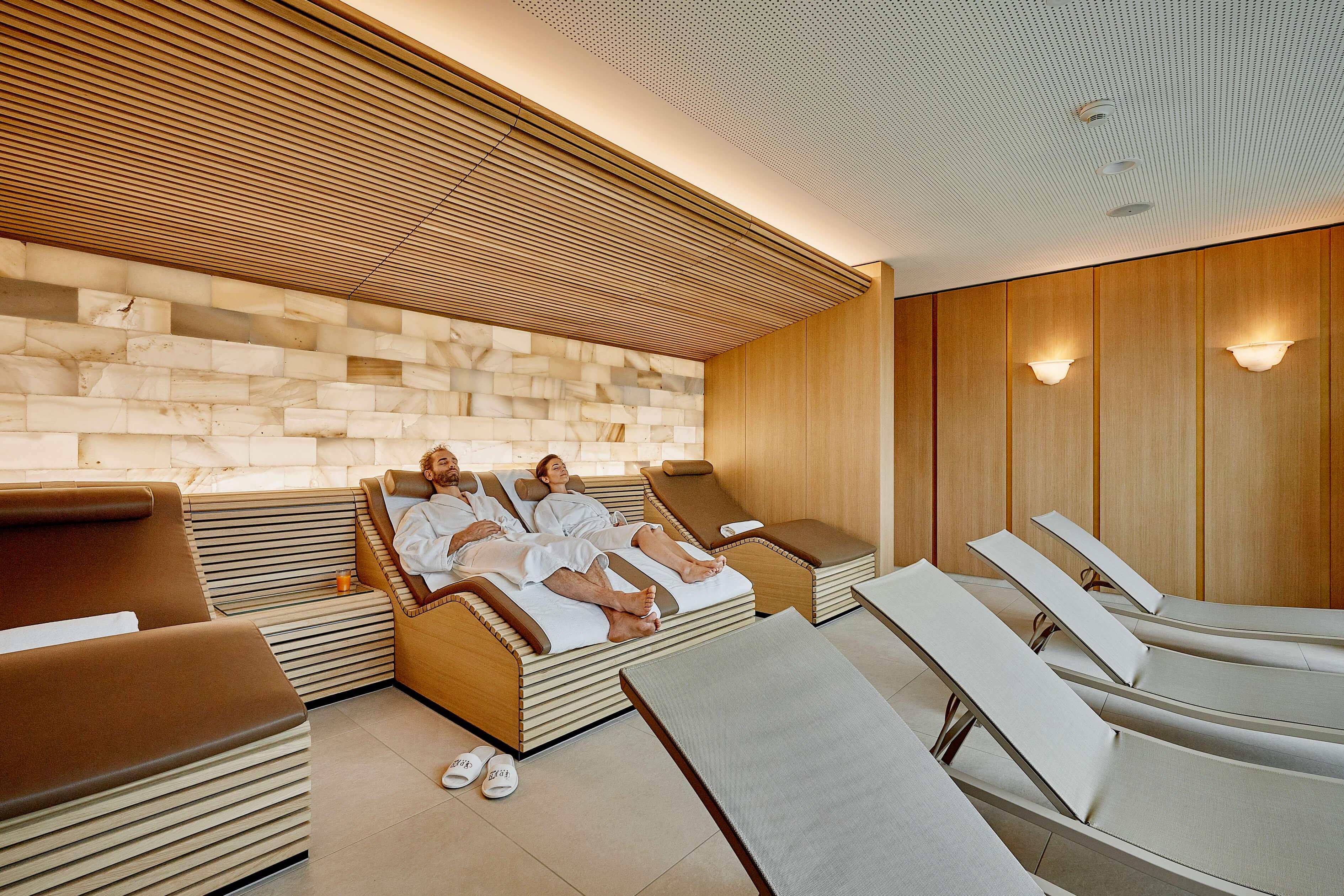 hotel-eden-wellness-ruheraum-mit-salzsteinwand-und-sicht-auf-den-thunersee-und-die-berner-alpen-spiez.jpg