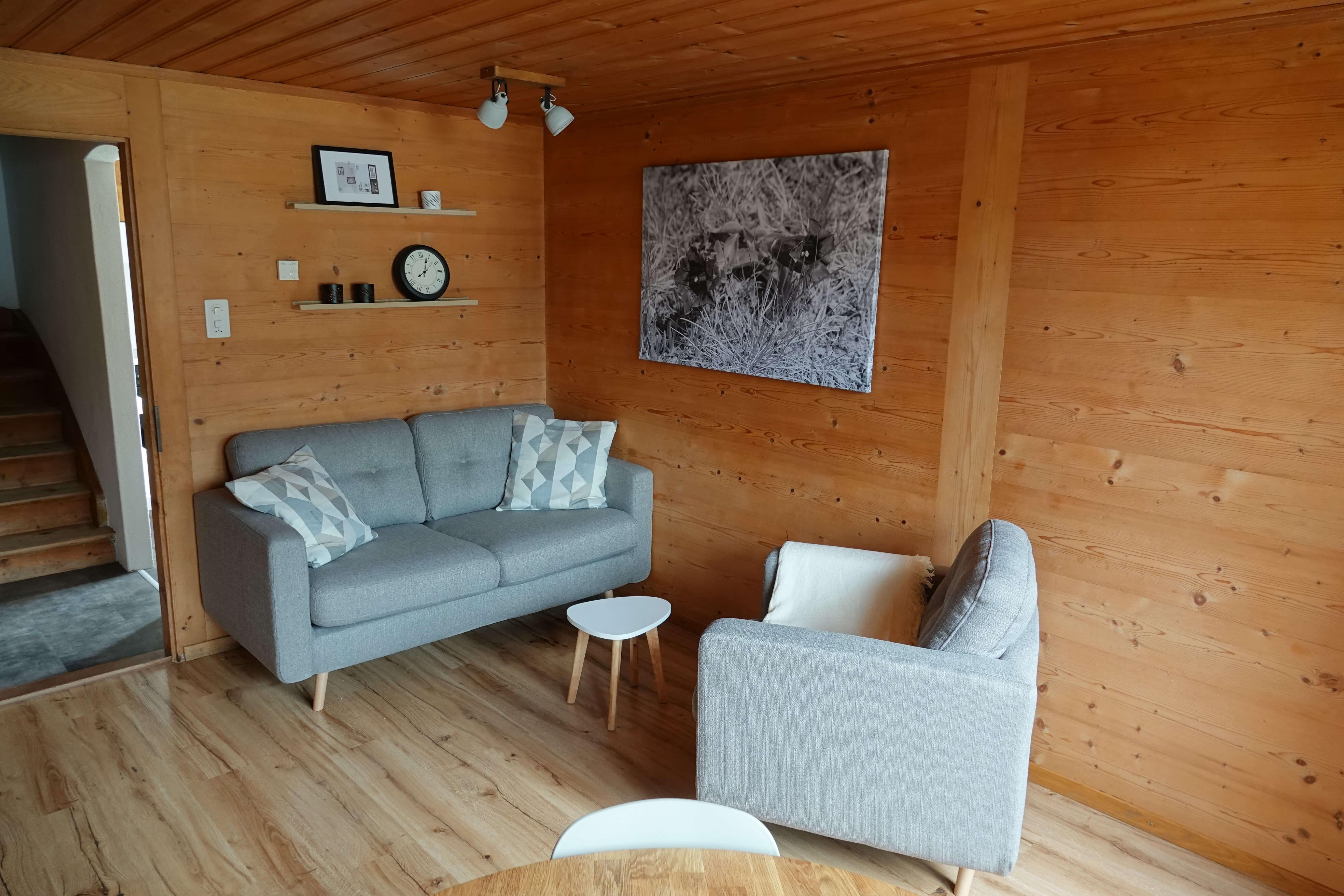 Wohnzimmer mit Sofaecke im Erdgeschoss