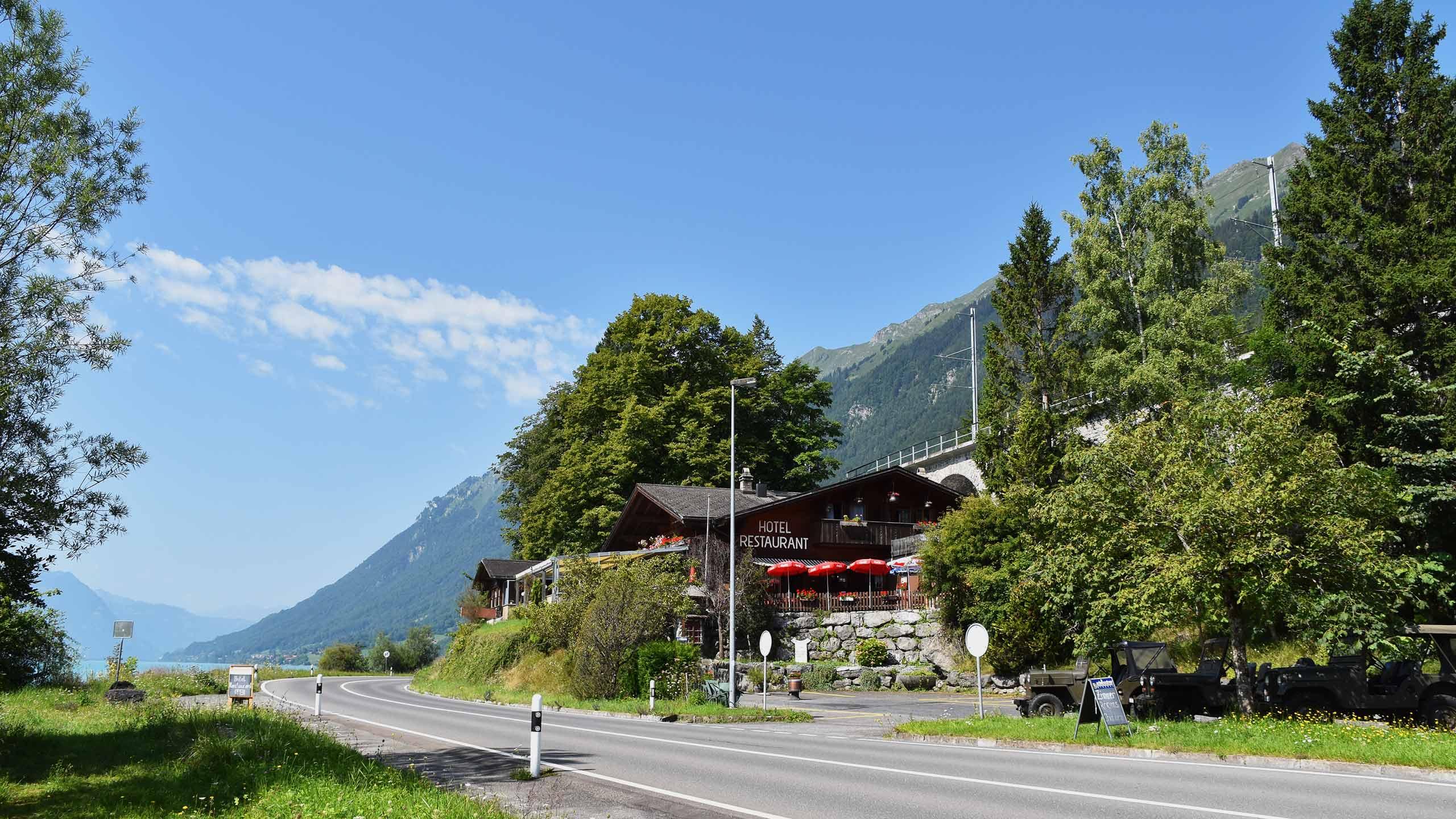 hotel-wildbach-brienz-aussenansicht-gebaeude-strasse-parkplatz.jpg