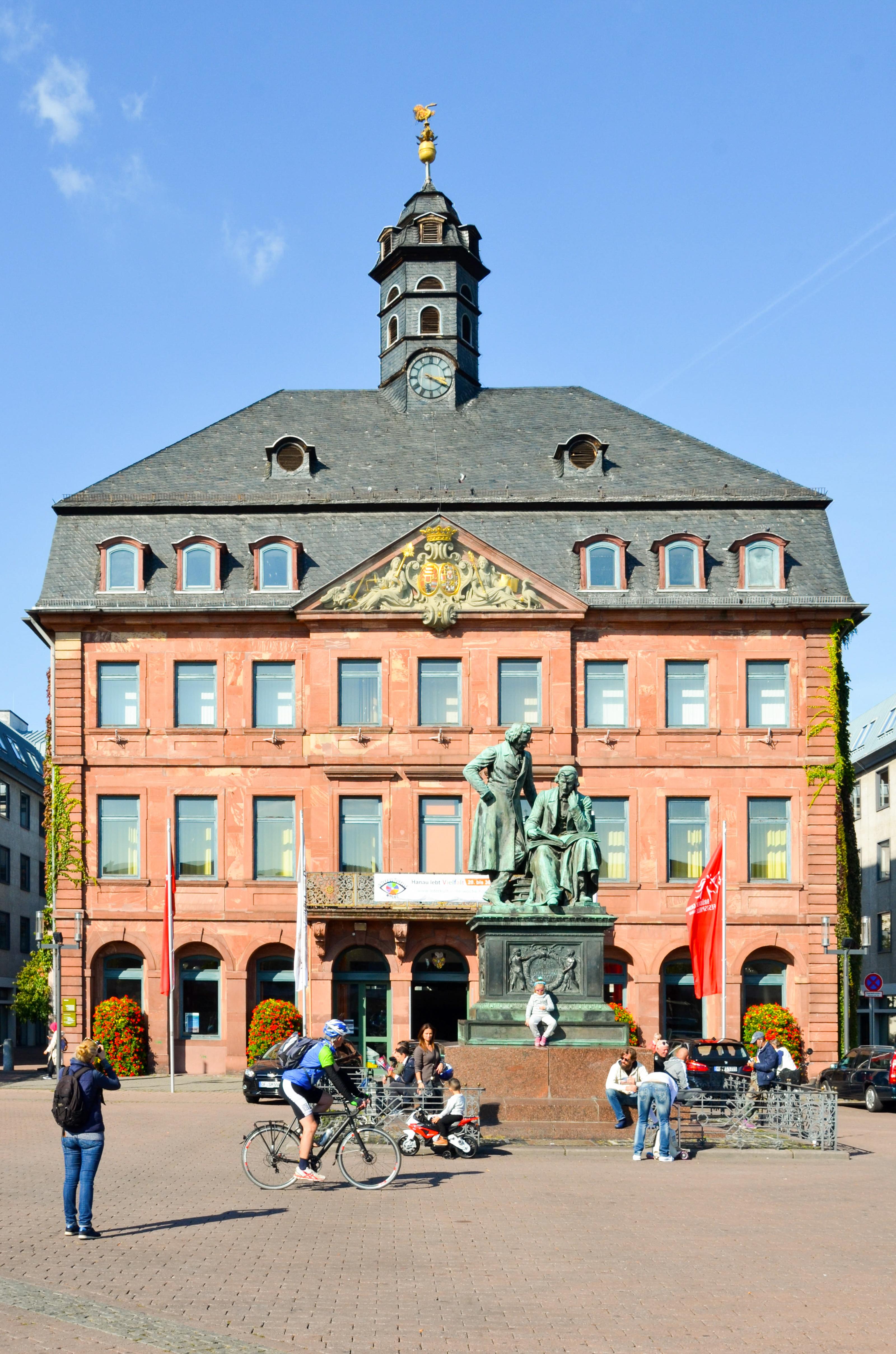 1_H_Radroute_Brueder Grimm Denkmal in Hanau.jpg