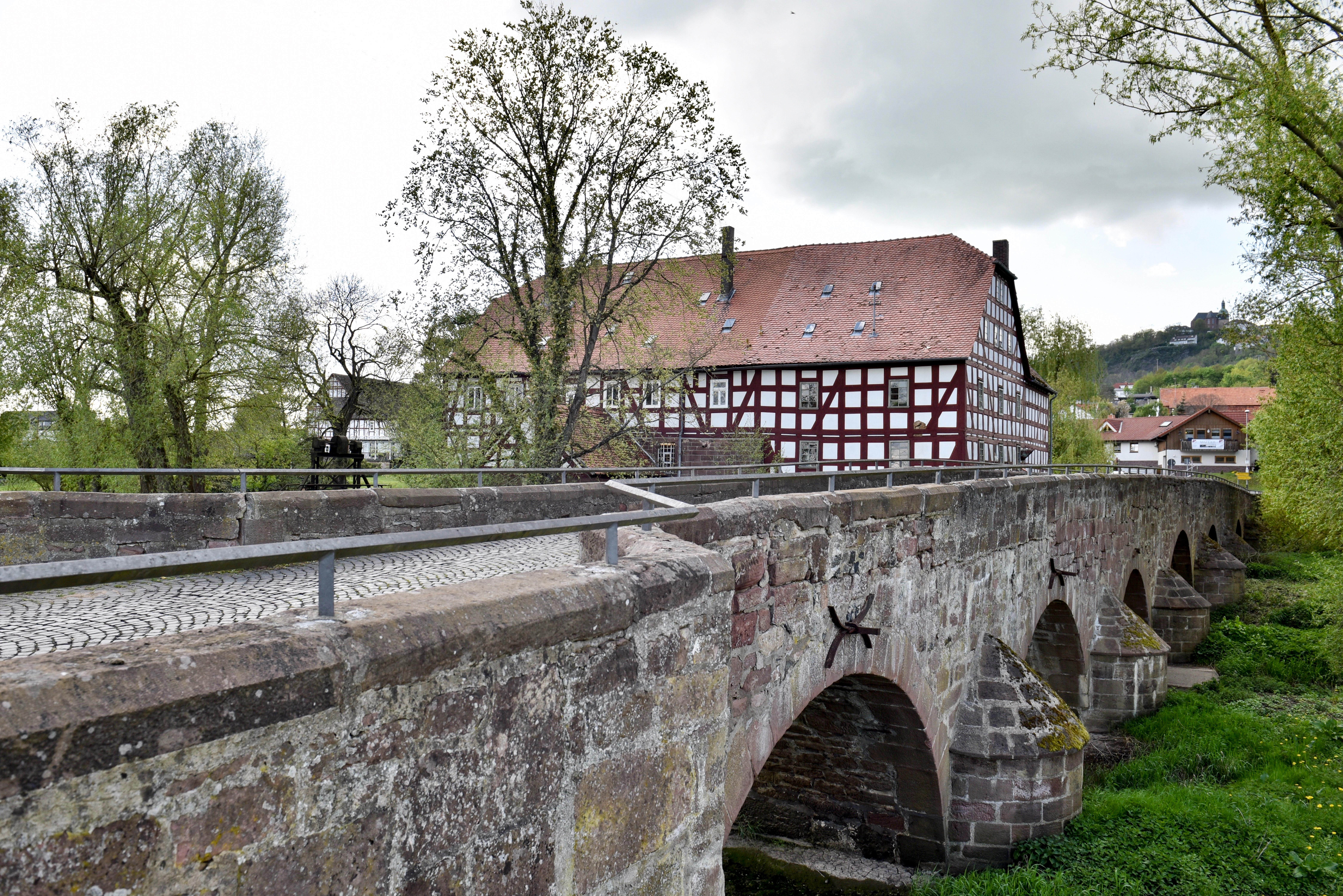 Die historische Brücke an der Brucker Mühle unterhalb Amöneburg.jpg