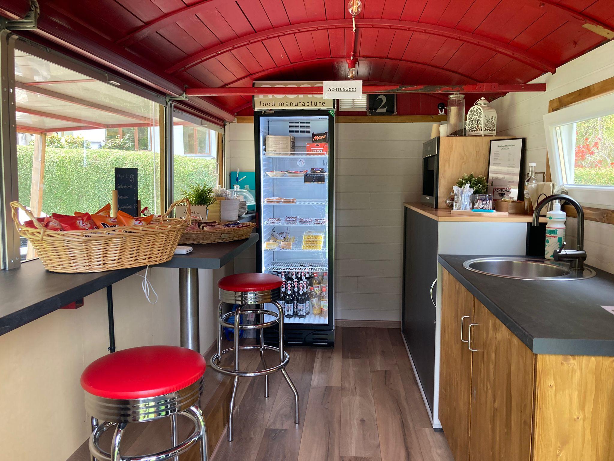 Kühlschrank im Bistro Barwagen