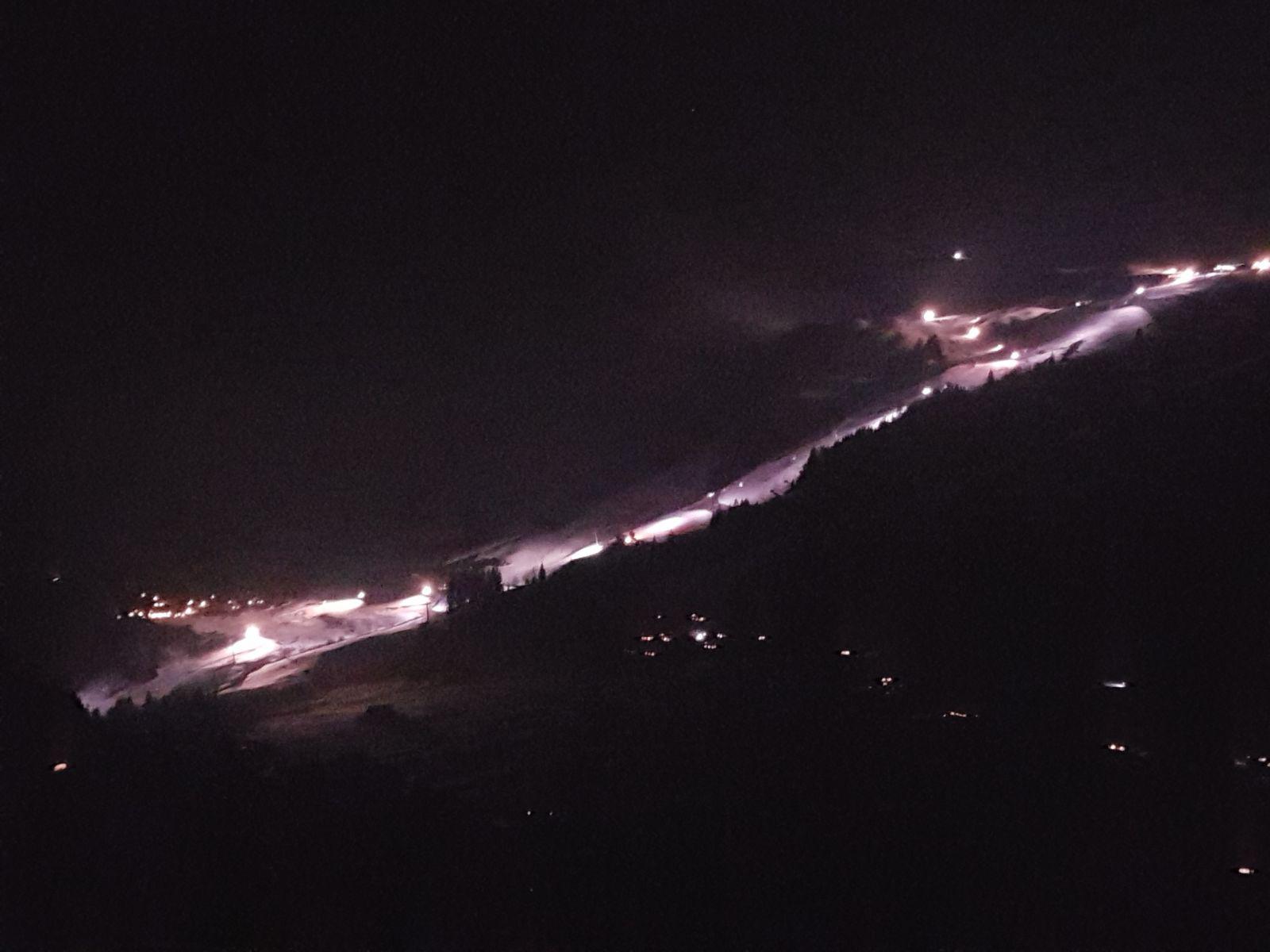 Beleuchtete Skipiste bei Nacht