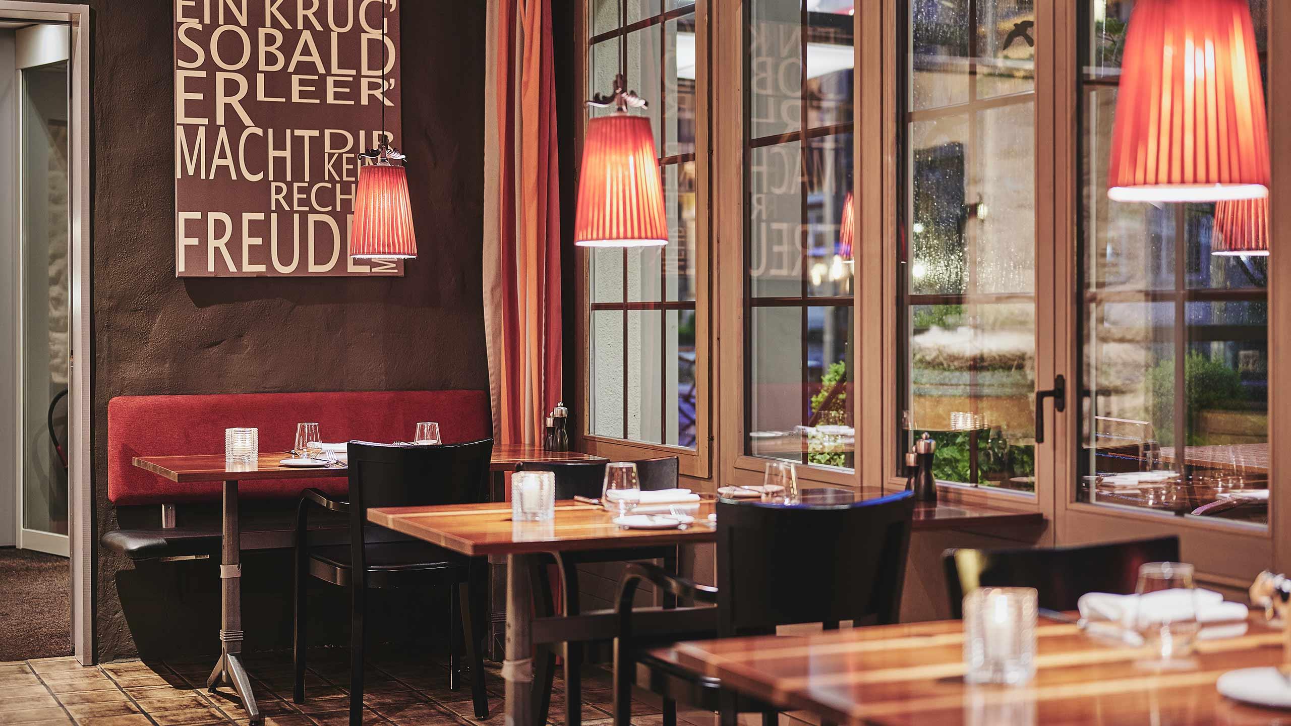 restaurant-taverne-hotel-interlaken-innen-tische-ambiente.jpg