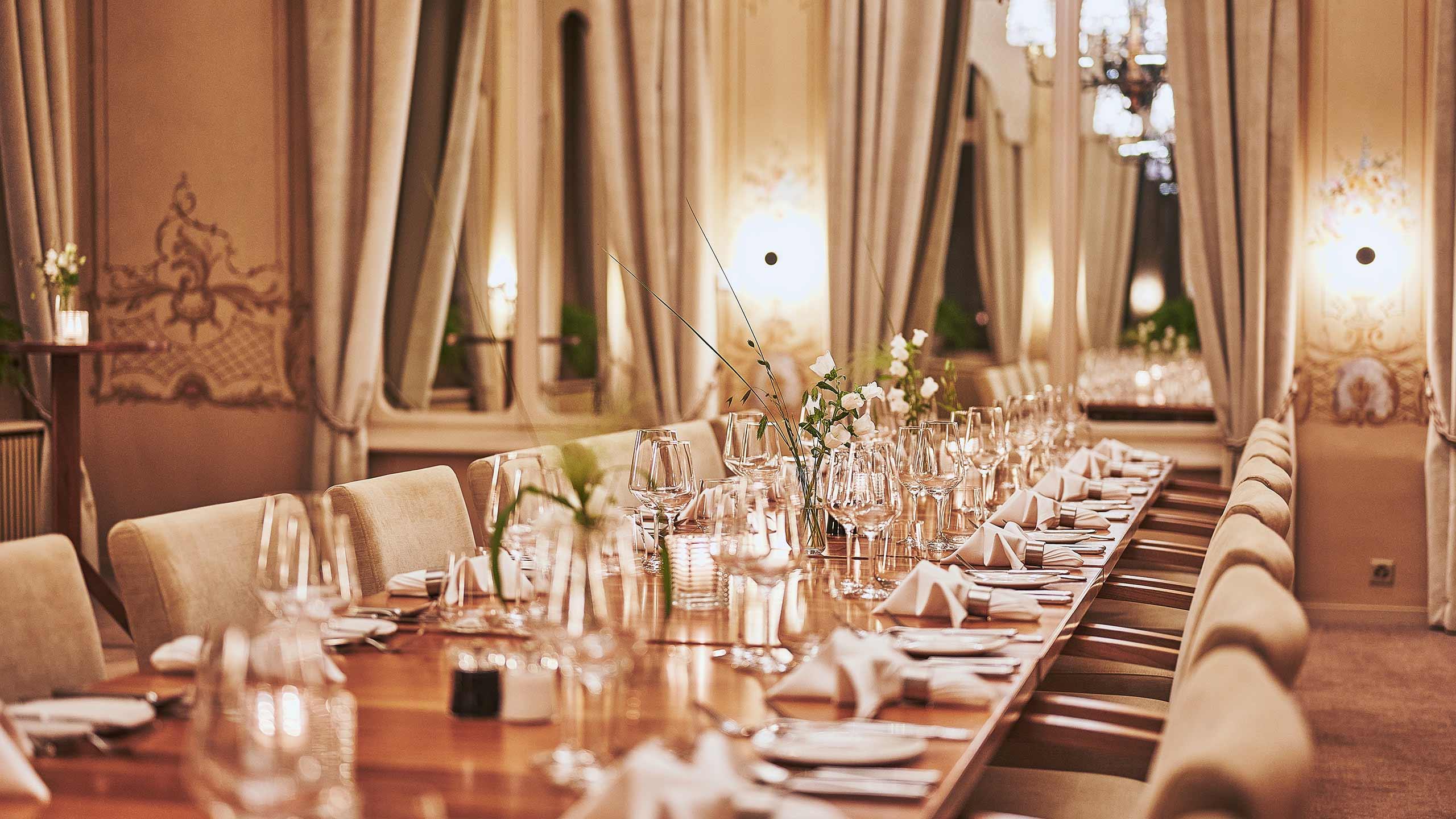 restaurant-taverne-hotel-interlaken-rococo-saal-gedeckte-tische.jpg