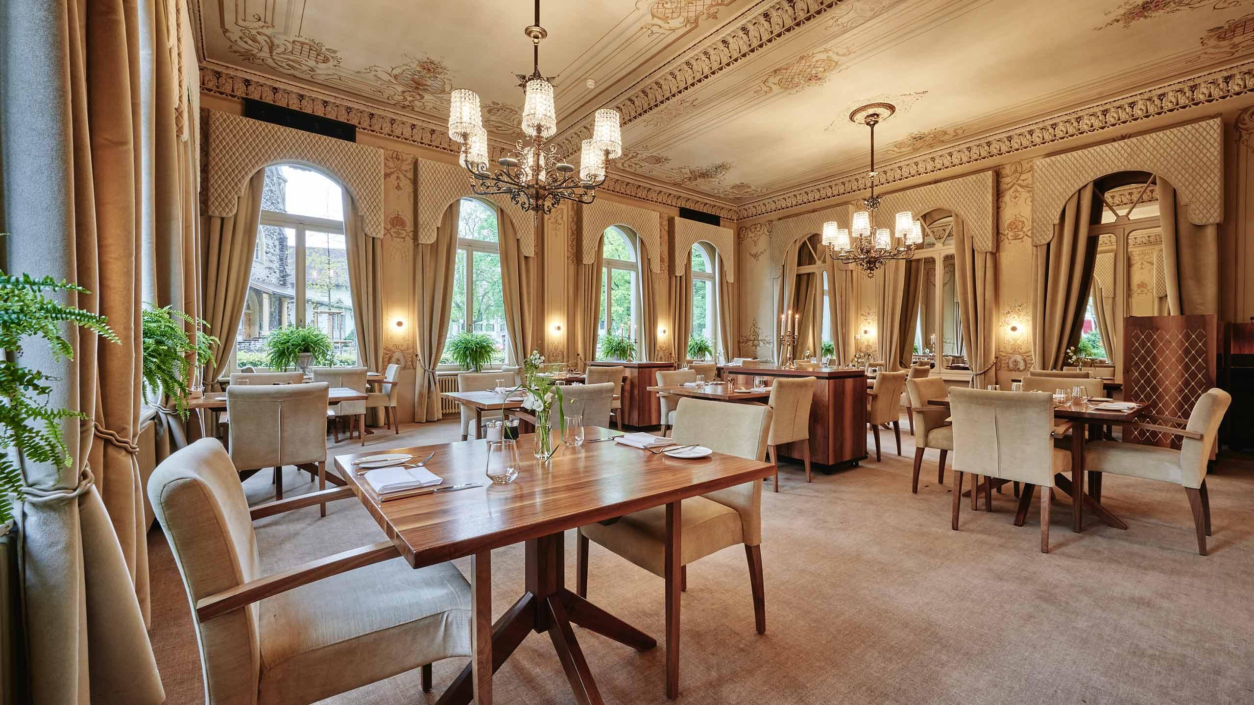 restaurant-taverne-hotel-interlaken-rococo-saal-tische-gedeckt.jpg