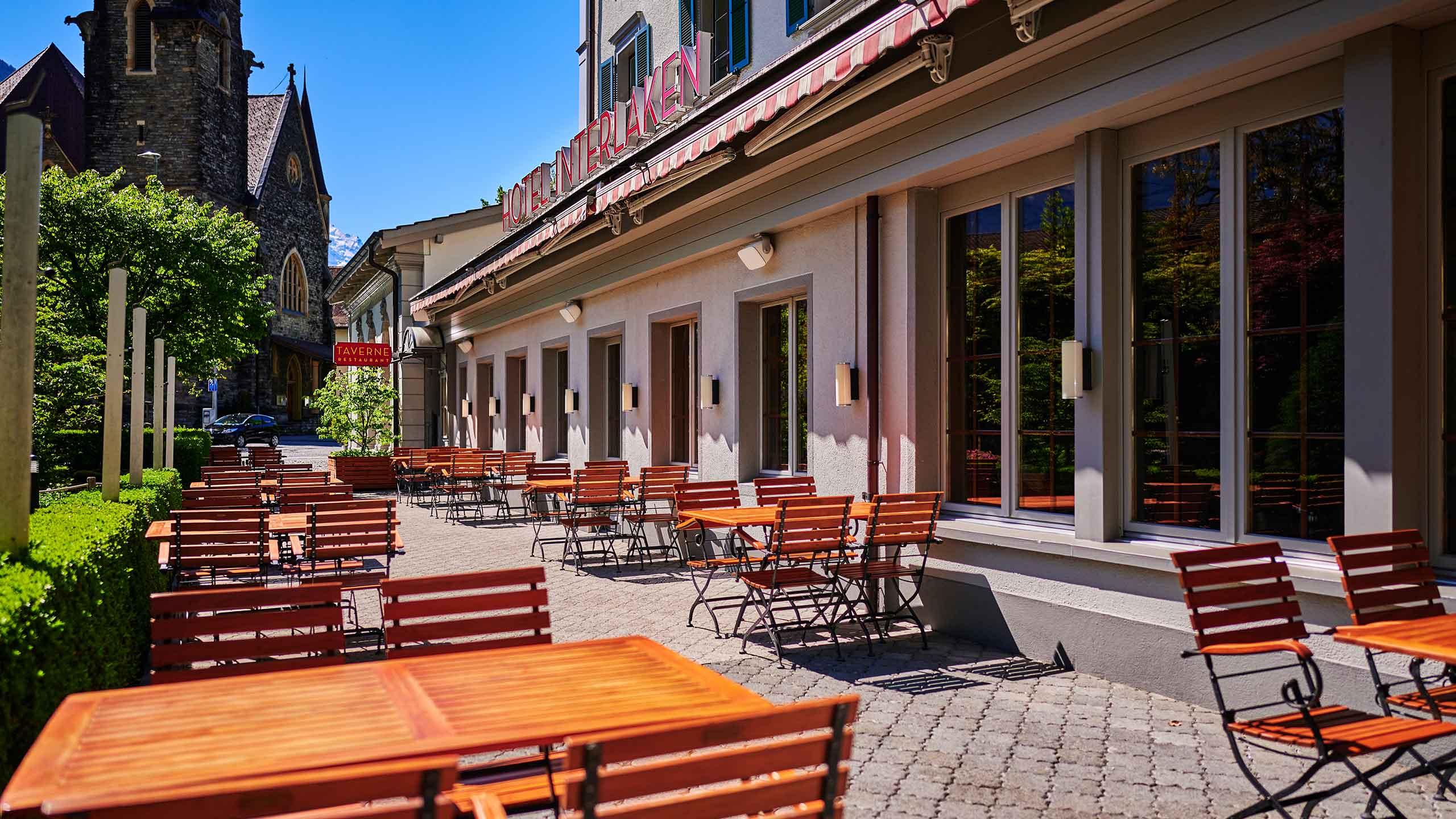 restaurant-taverne-hotel-interlaken-terrasse-tische-kirche.jpg
