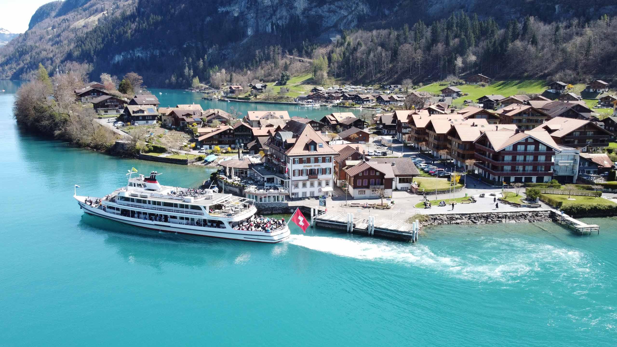 strandhotel-iseltwald-luftbild-schiff-brienzersee.jpg
