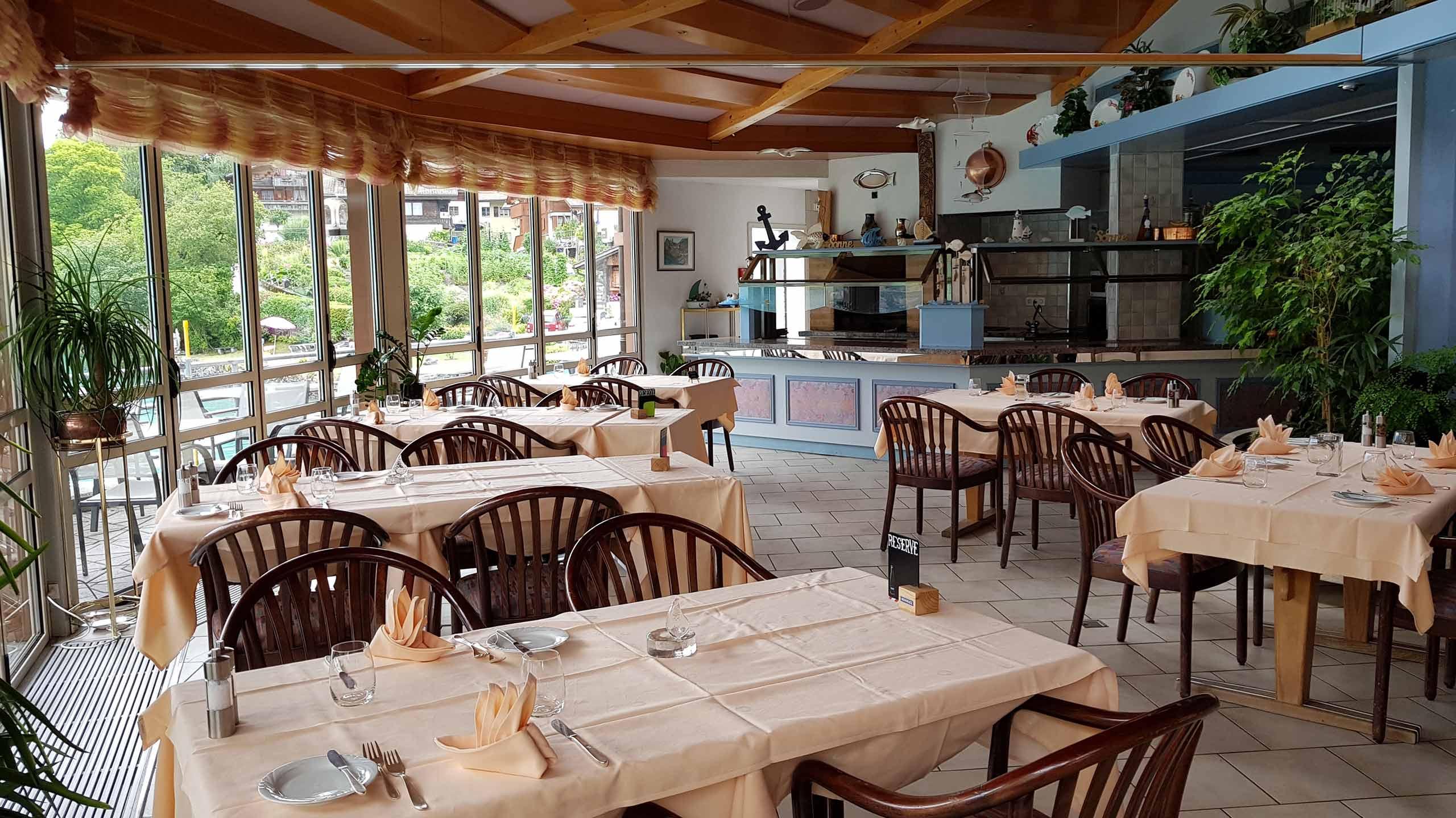 strandhotel-iseltwald-tische-gaststube-see-grill.jpg