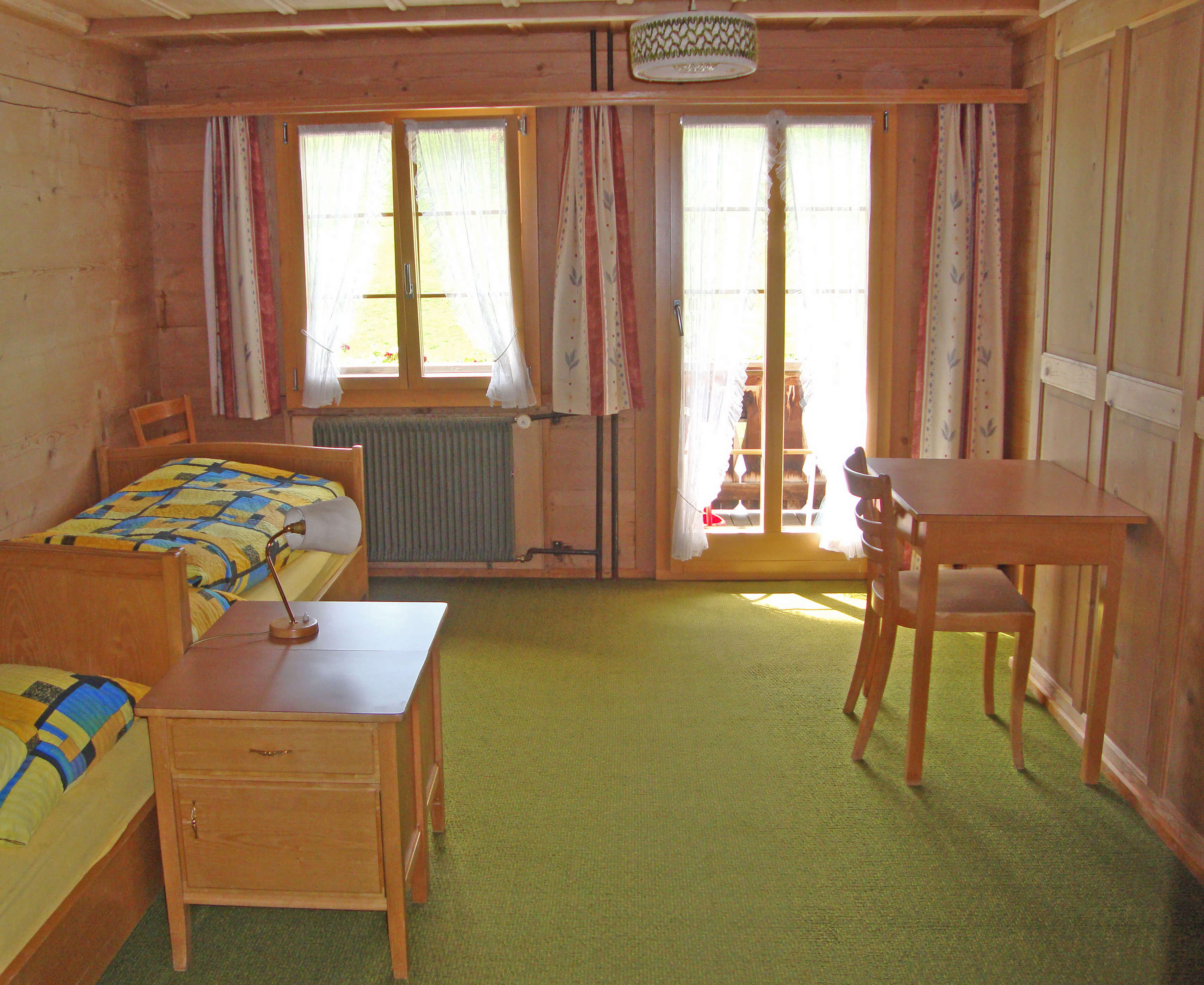 Zimmer Betten Tisch Balkon Haus Wyss