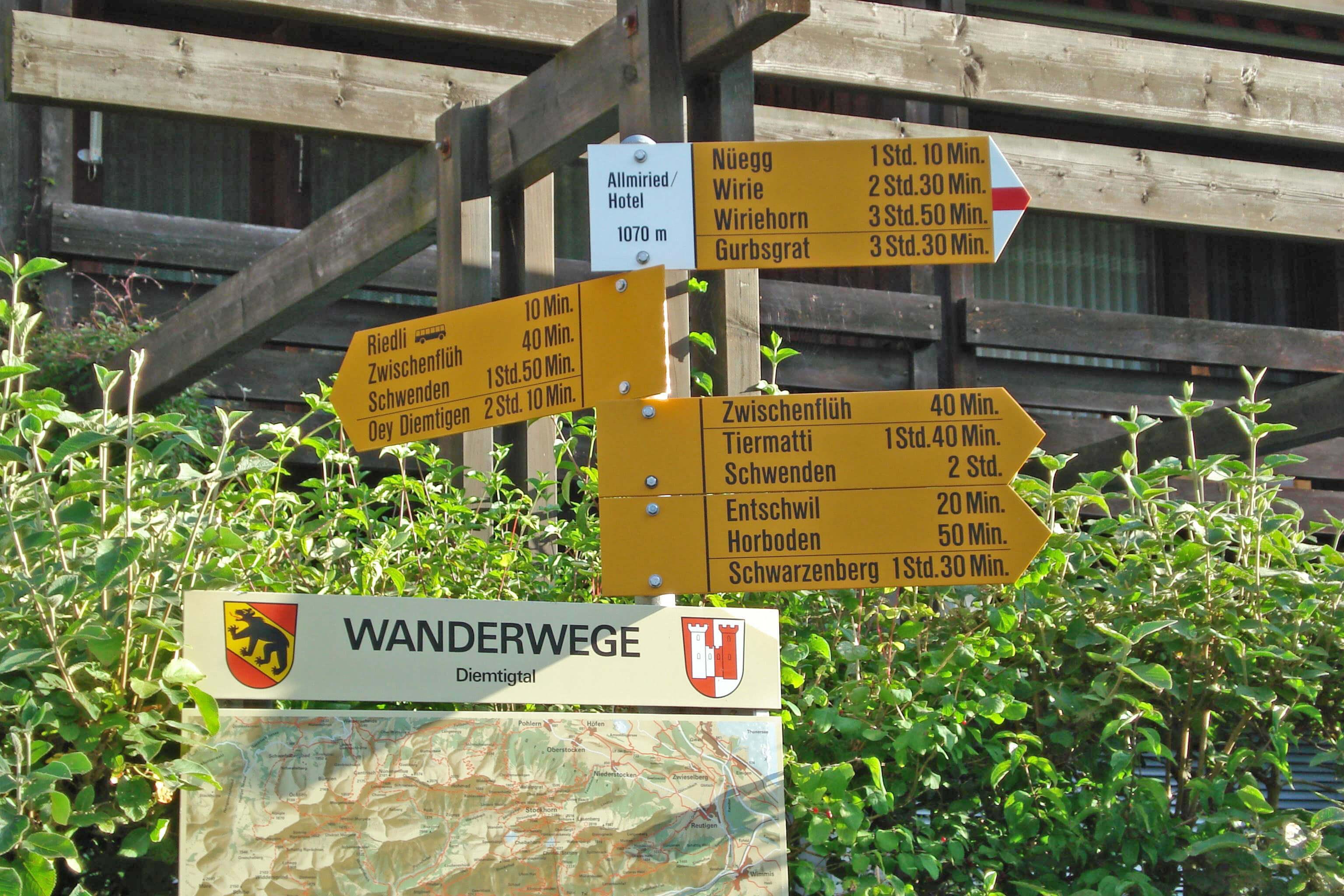 Dorfplatz Wegweiser