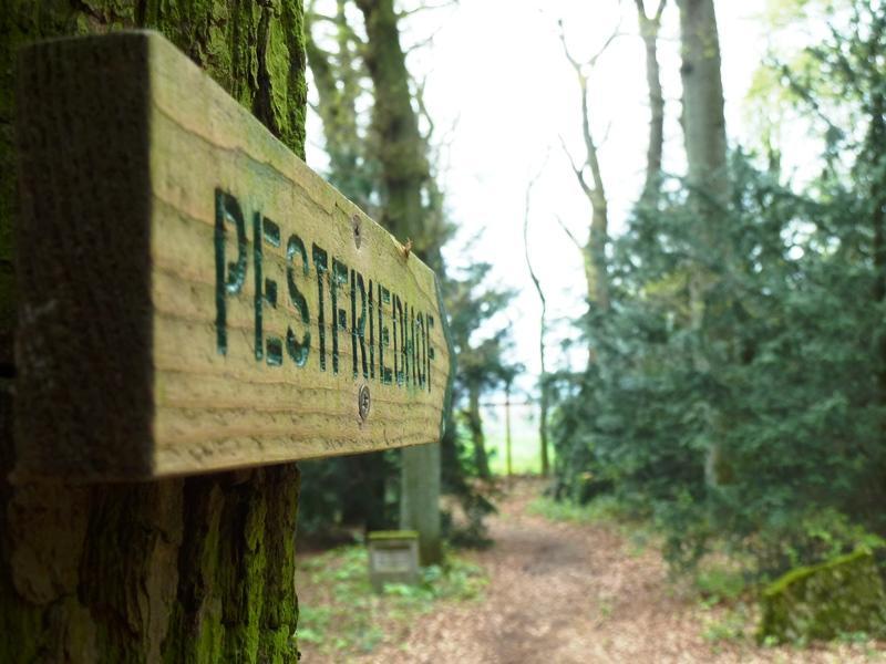 Hinweisschild zum Pestfriedhof