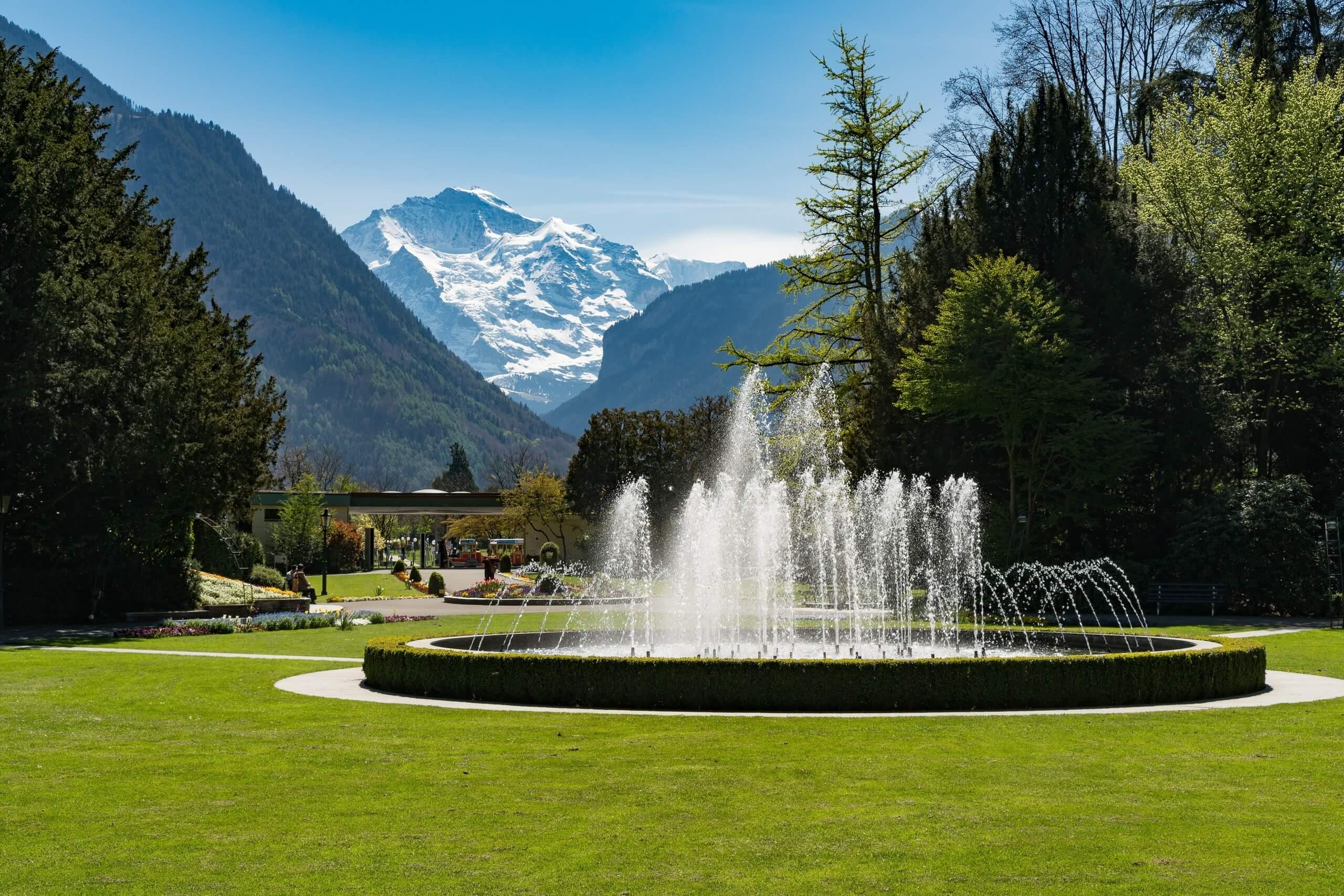 interlaken-kursaal-park-jungfrau-brunnen