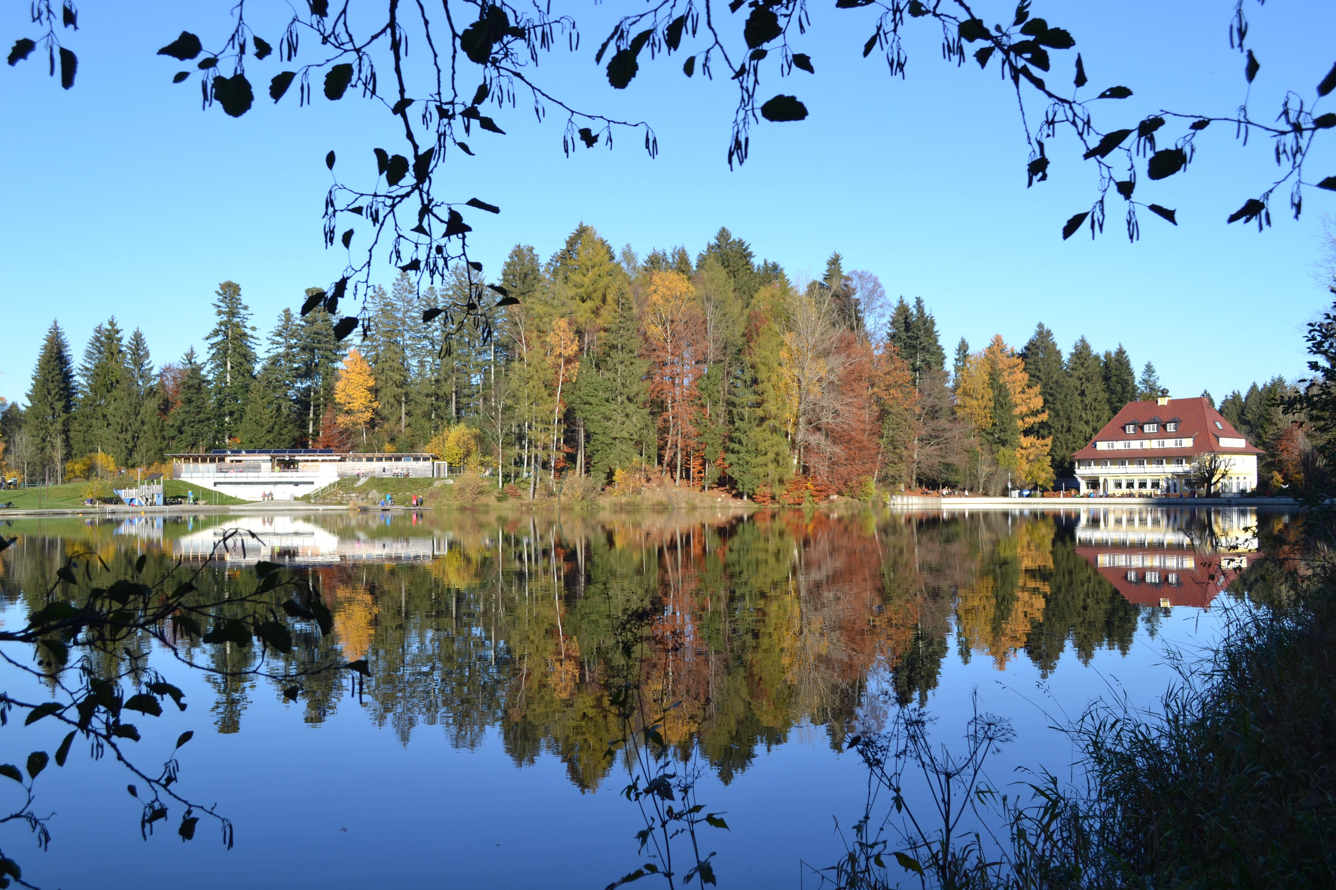 Waldseebad und Hotel Waldsee im Herbst