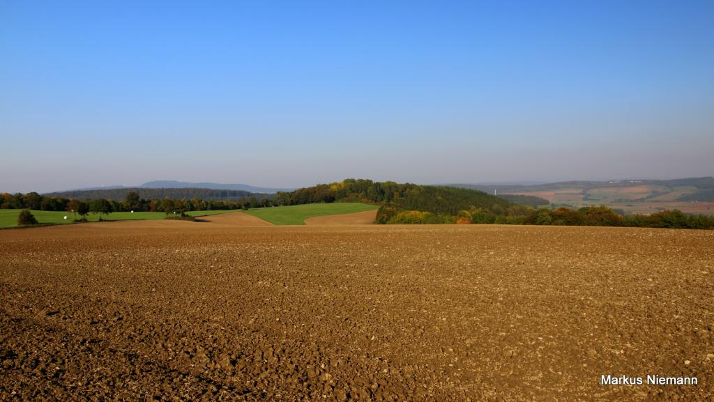 Weserhöhen_Bildmitte_der_Heiligenberg_bei_Ovenhausen