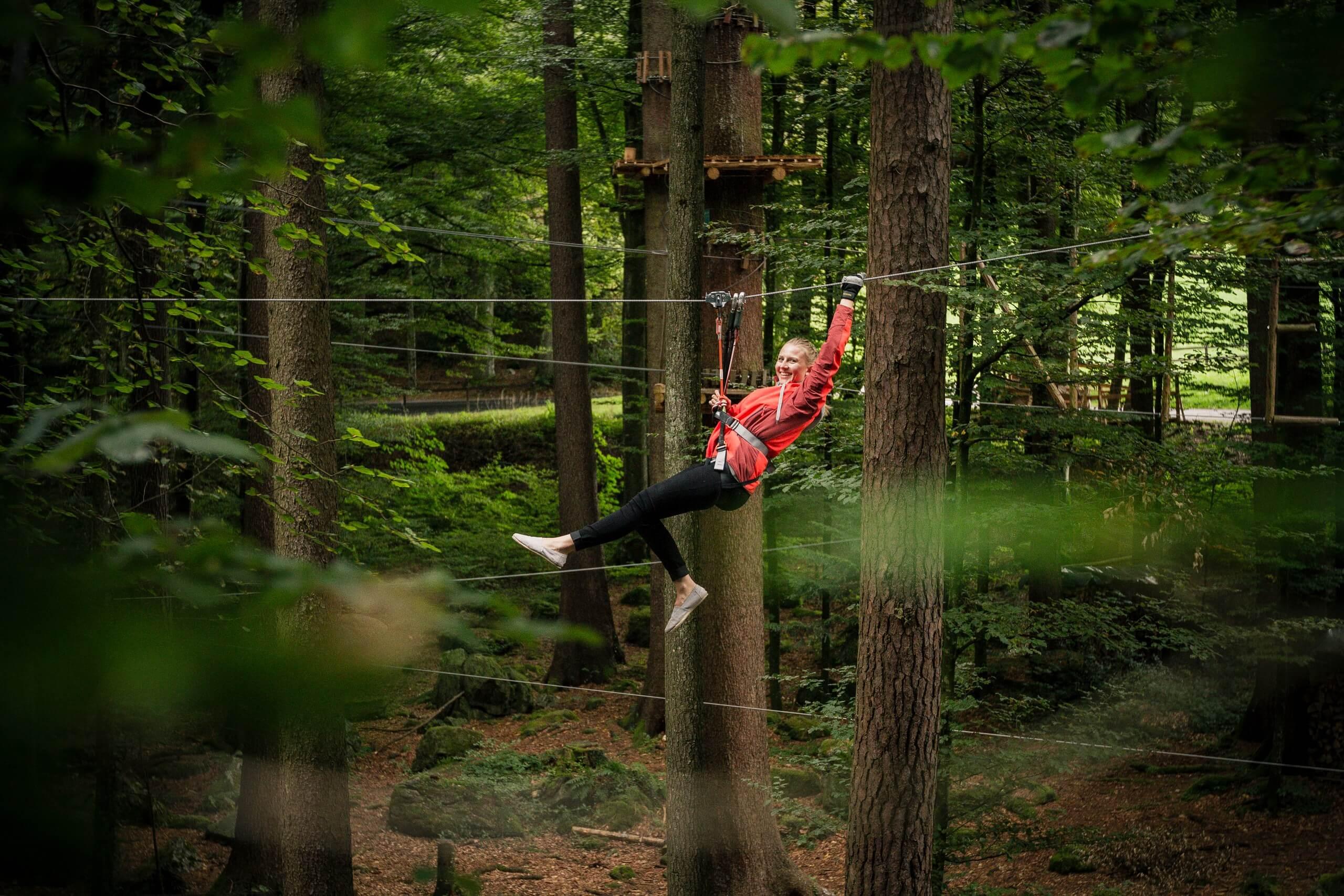 interlaken-seilpark-zipline-maedchen-wald-soft-adventure