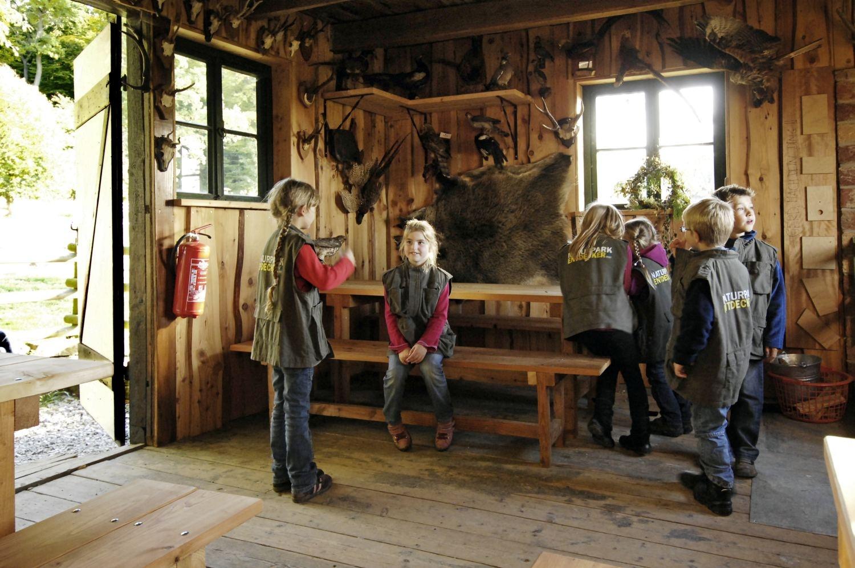 Kinder in der Hütte