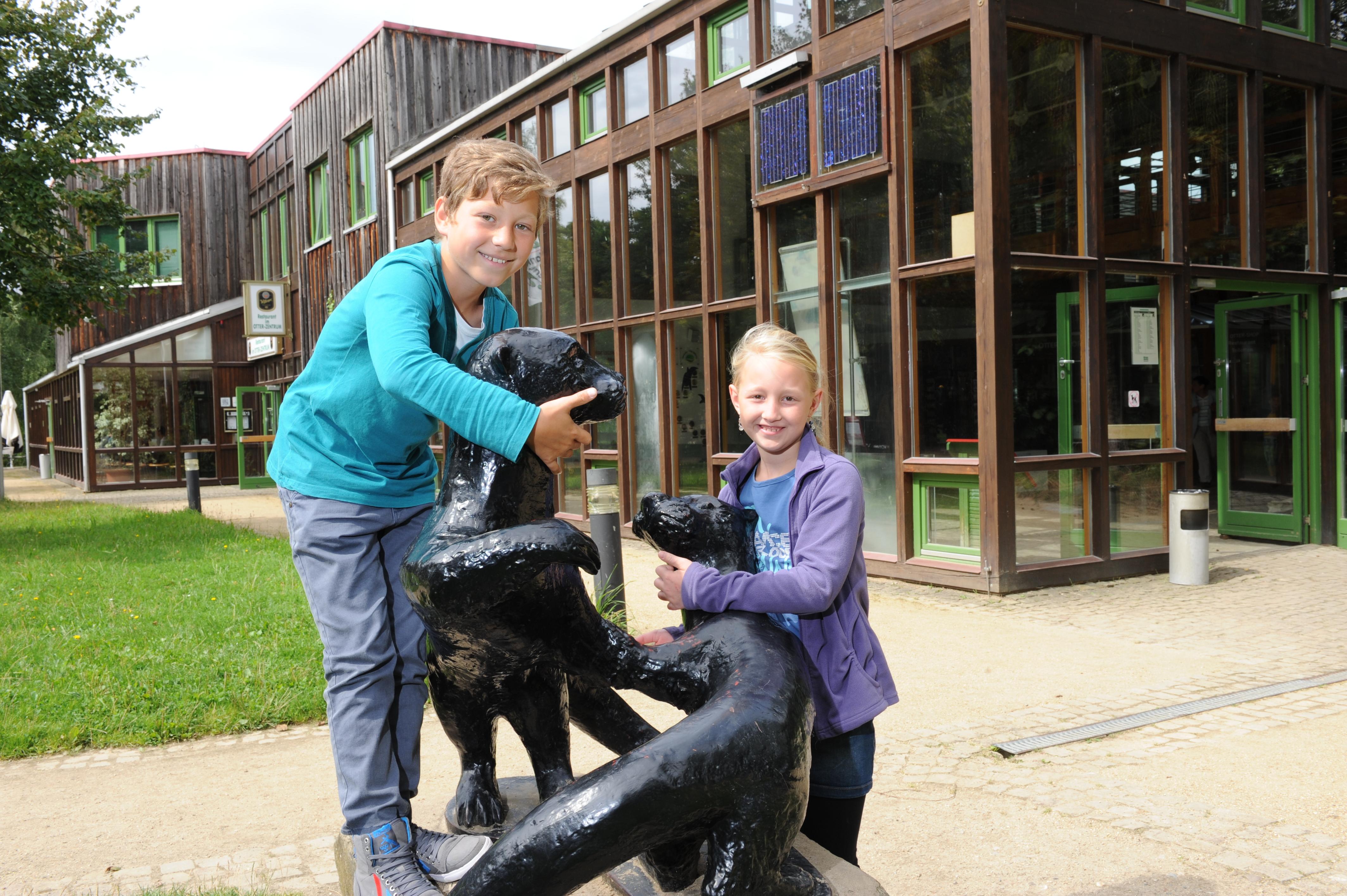 Kinder vor dem Otter-Zentrum