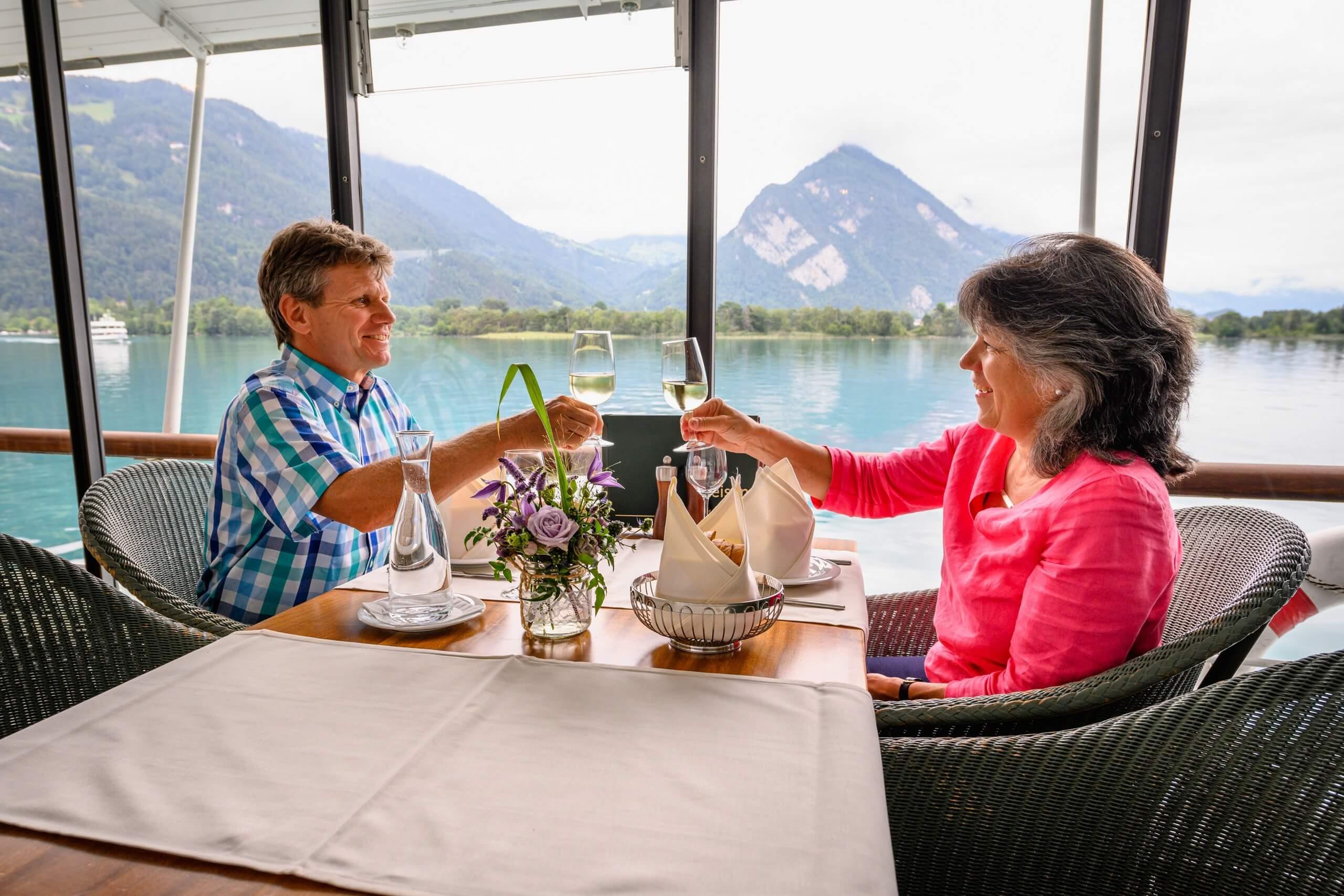 bls-schifffahrt-kulinarik-lunch-romantik-paar-fruehlings-aktion