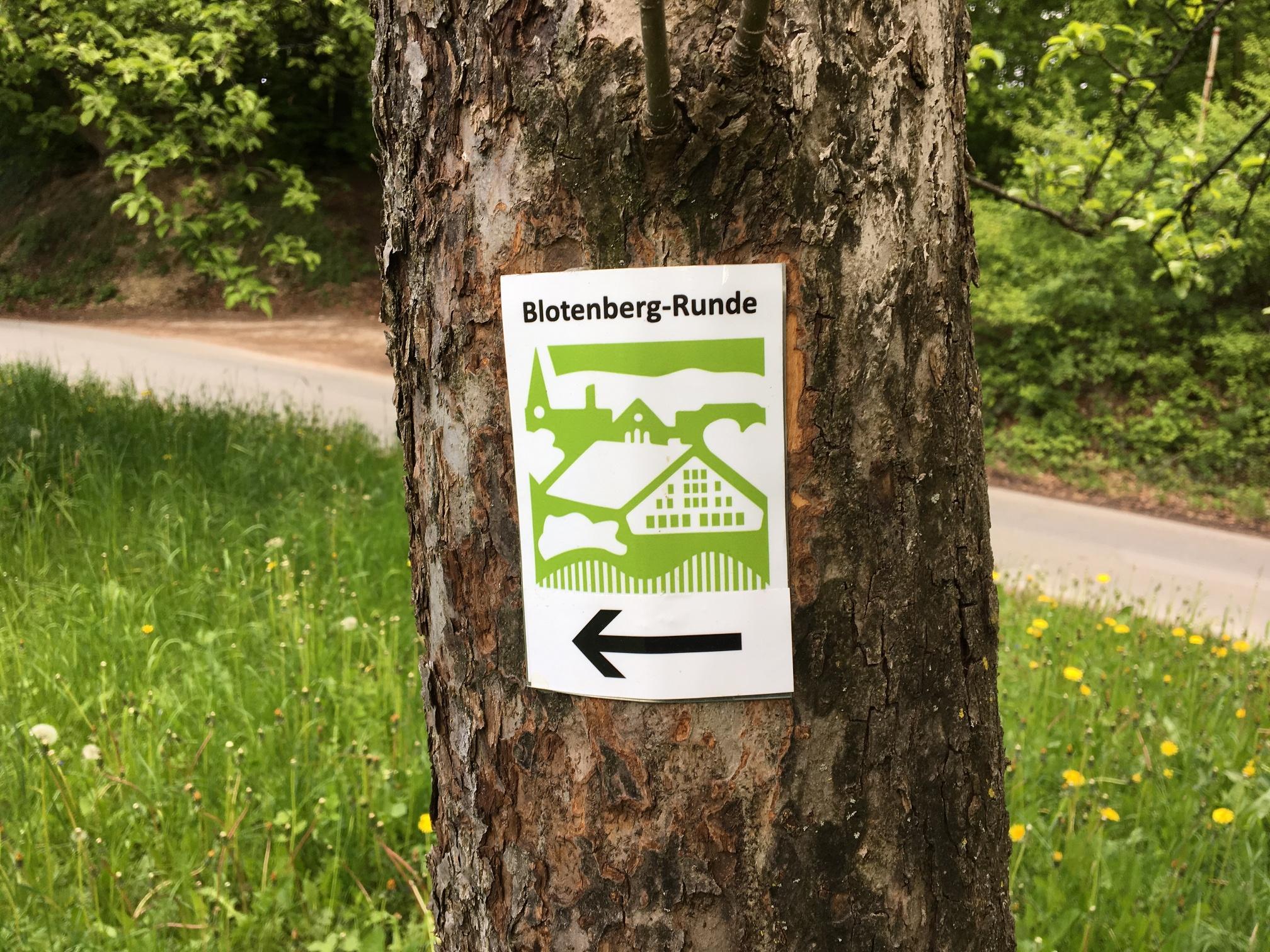 Markierungszeichen am Wegesrand