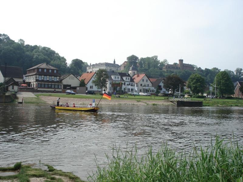 Dampfer- und Fähranleger mit Blick auf die Burg und das Kloster