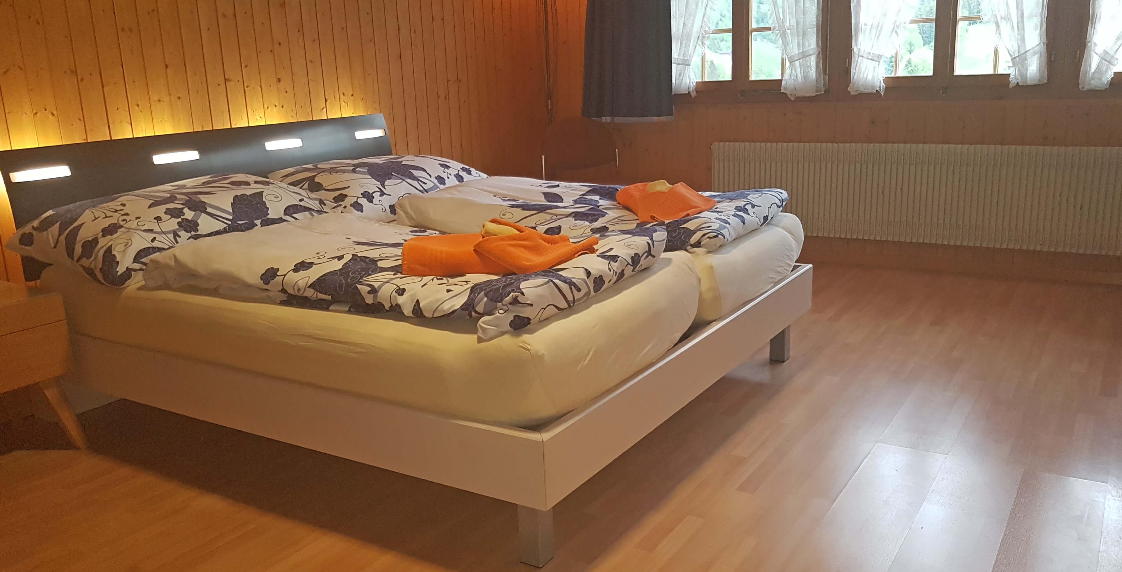 Schlafzimmer Doppelbett Fensterfront Wohnung Adlerhorst