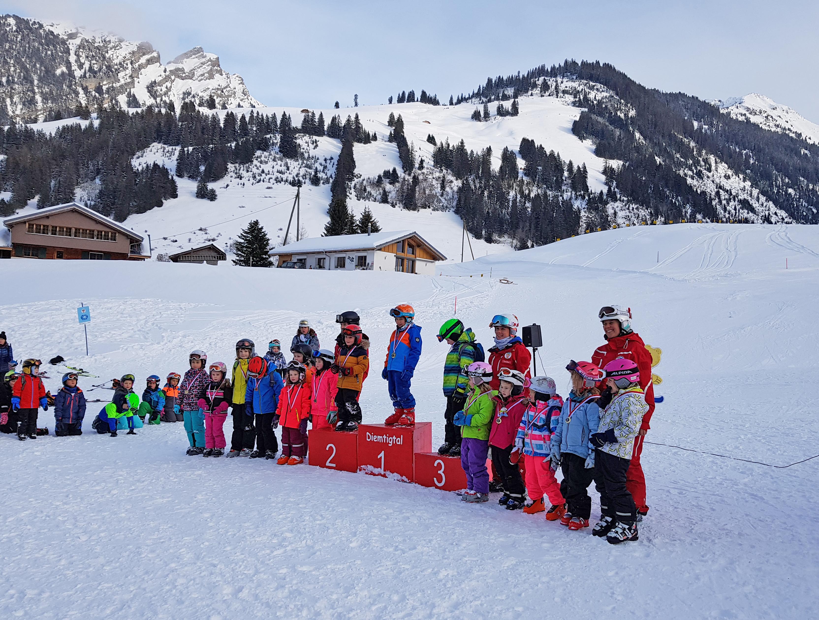 Stolze Kinder an der Rangverkündigung vom Skischulrennen