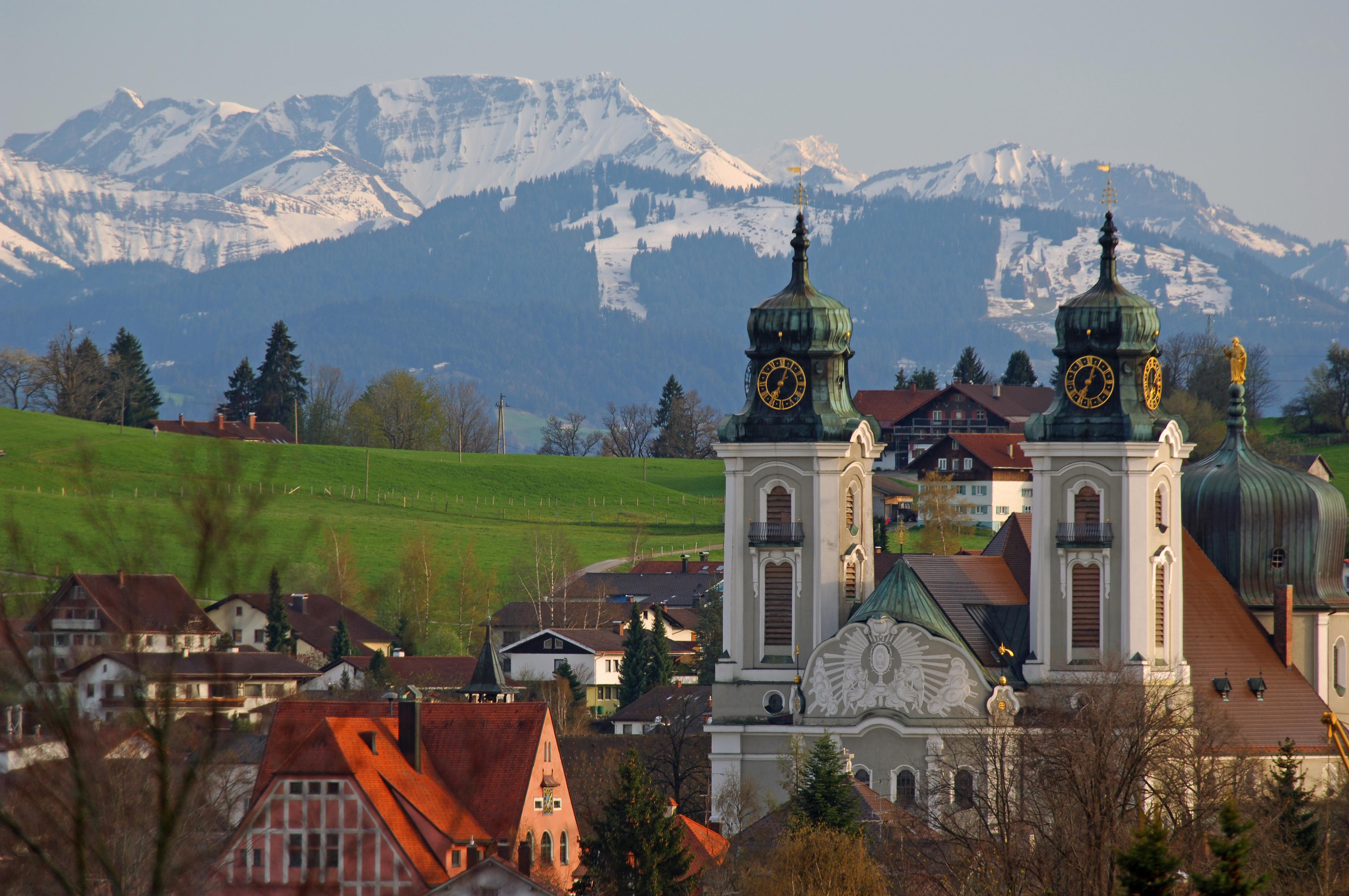 Stadtpfarrkirche vor Schnee bedeckten Bergen