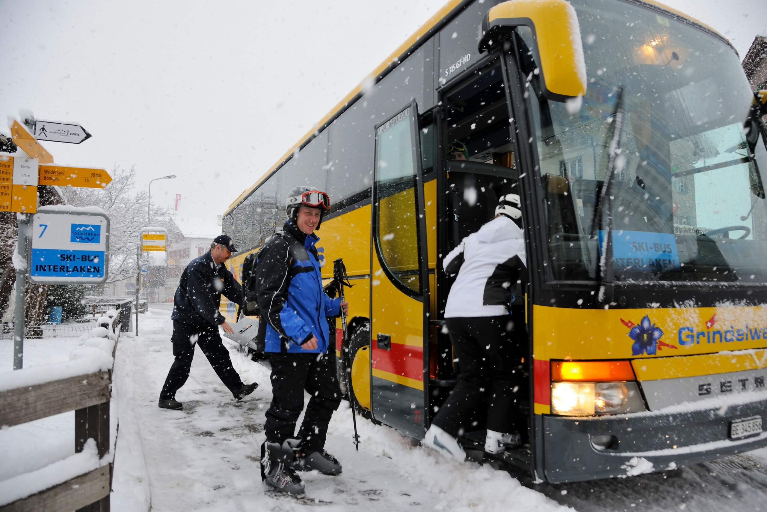 interlaken-skibus-winter-haltestelle-matten-einsteigen