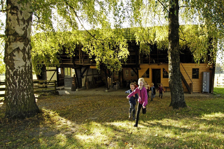 Kinder rennen vor Hütte
