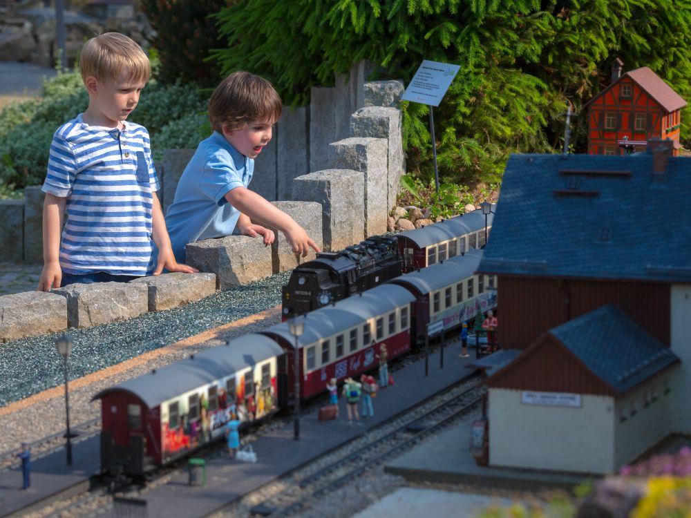 """Kinder bestaunen die Eisenbahnanlagen im """"Kleinen Harz"""""""